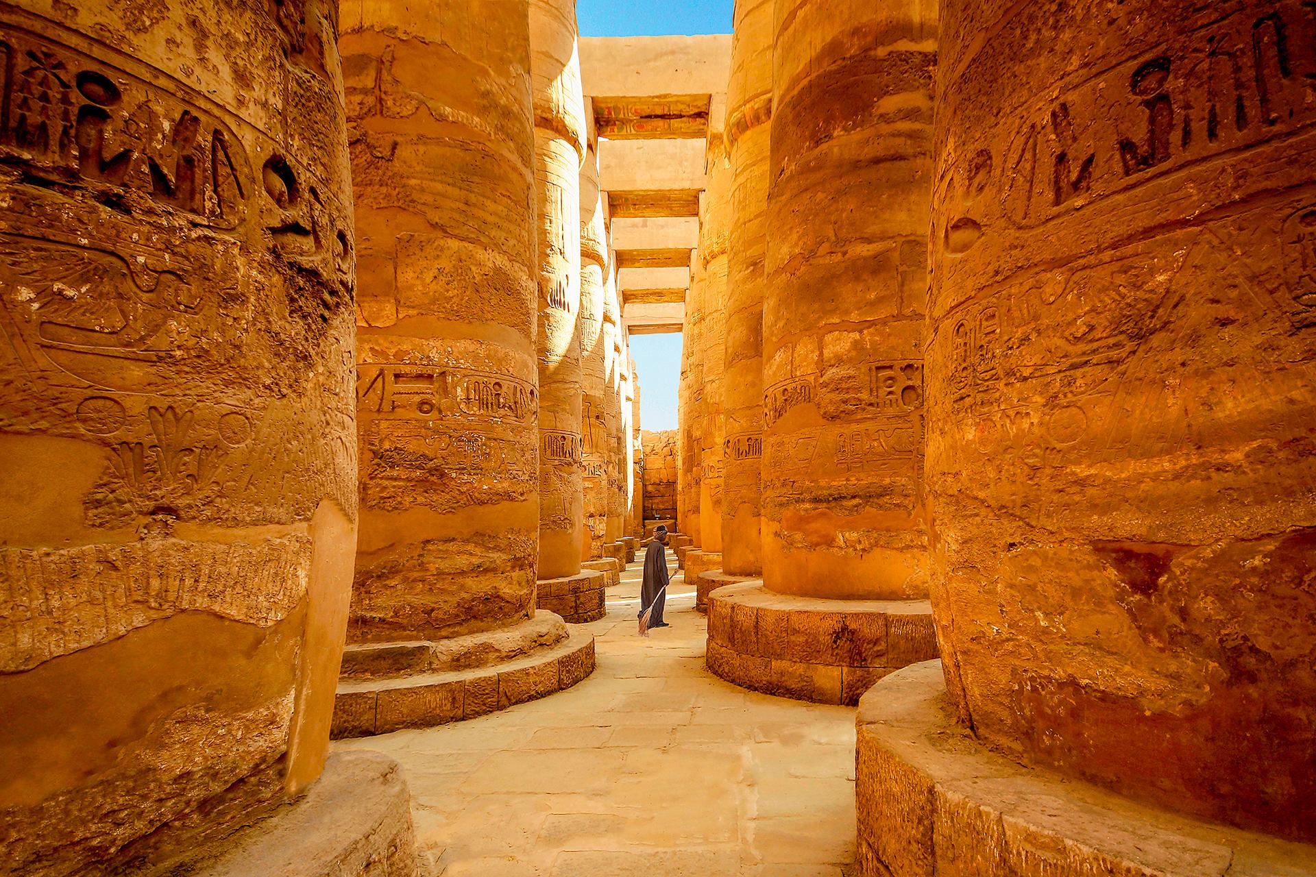 Lúxor se encuentra localizada a 700 kilómetros al sur de El Cairo. La ciudad, con casi 500.000 habitantes, vive básicamente del turismo y de la agricultura. Es la ciudad en la que se concentra el mayor número de monumentos de Egipto. Entre los más destacados se encuentran el Templo de Lúxor, el Templo de Karnak, el Valle de los Reyes y el de Las Reinas, y los Colosos de Memnón
