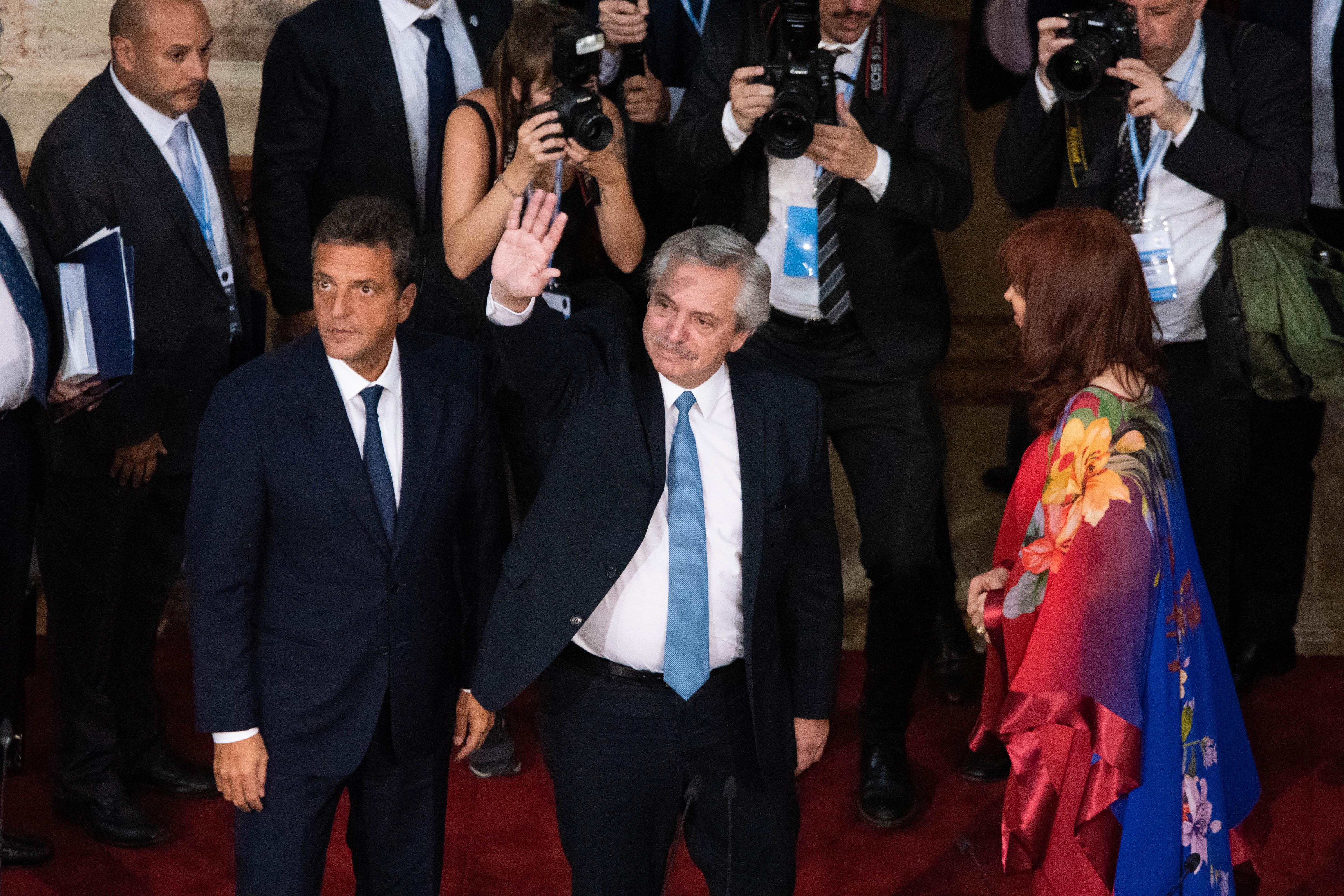 El presidente Alberto Fernández saluda a los presentes en su ingreso al recinto