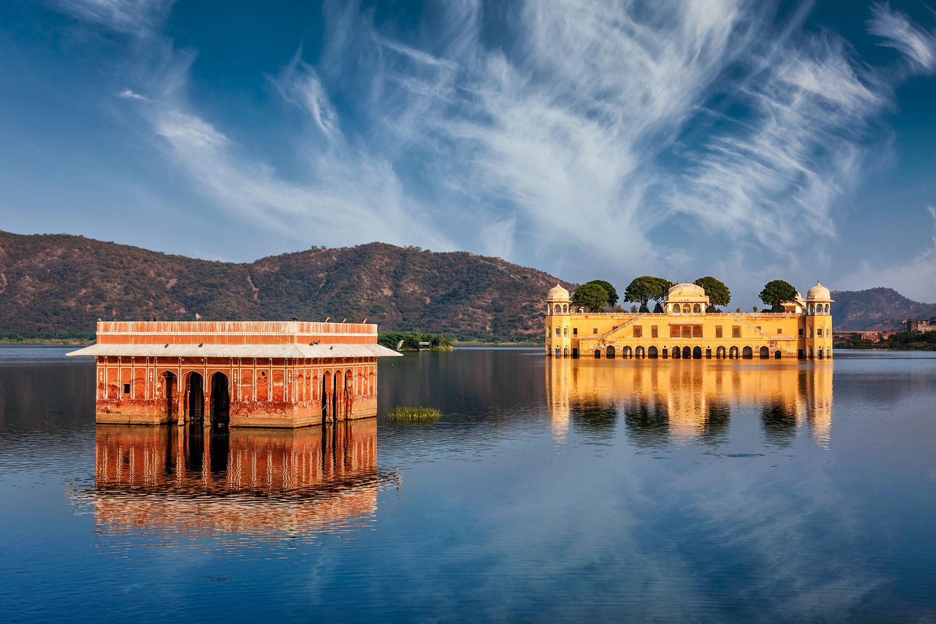 Sumergido en las aguas de un lago artificial, no se sabe mucho sobre su historia, excepto el hecho de que fue construido por Maharaja Madho Singh en el siglo XVIII