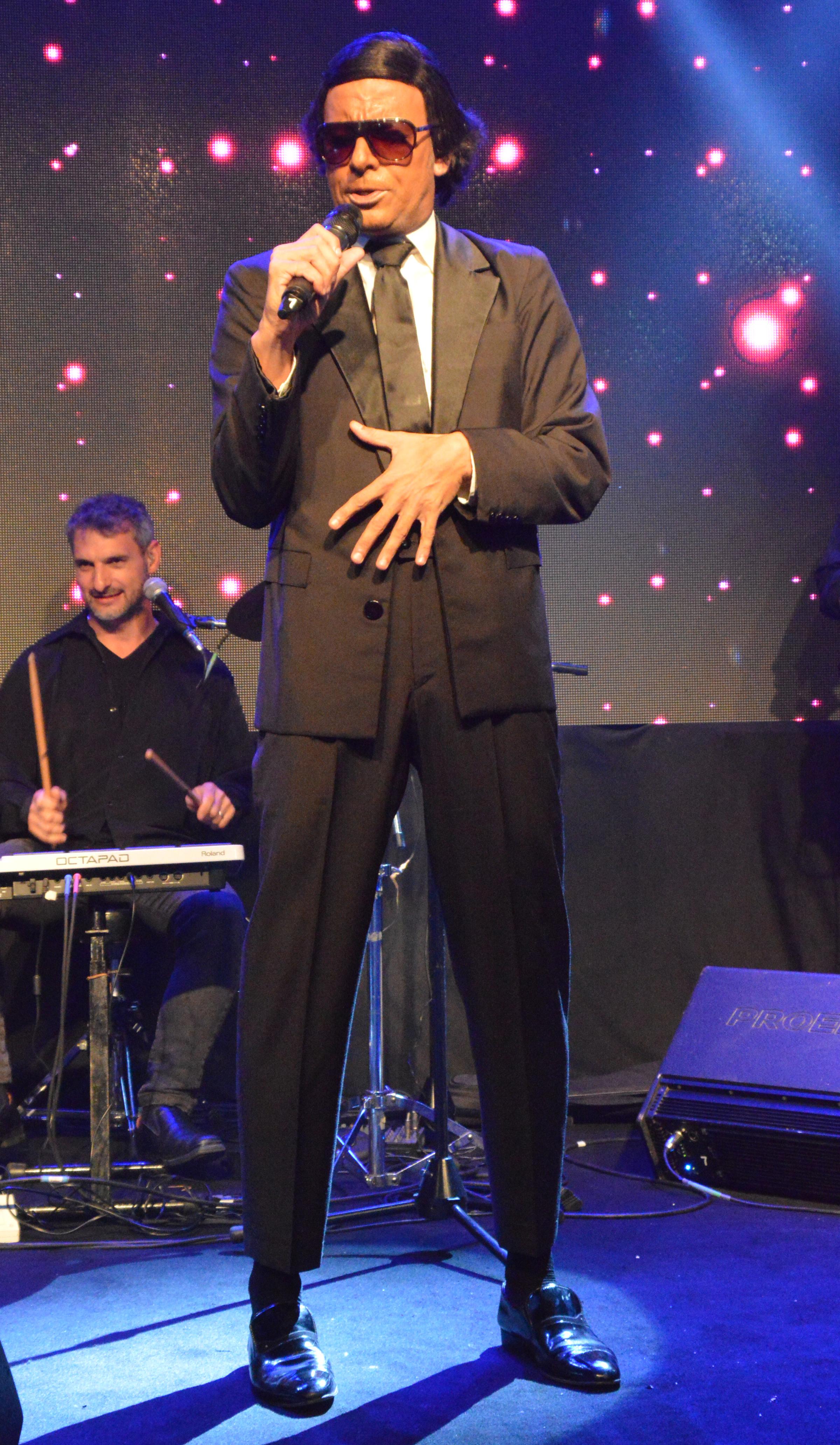 La imitación de Julio Iglesias (Fotos: Eduardo Aguada / Teleshow)