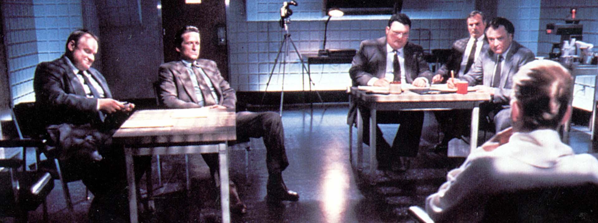 George Dzundza, Michael Douglas, Wayne Knight, Chelcie Ross, Denis Arndt y  Sharon Stone en la escena más recordada y que enloqueció al público. Su representante le dijo que esa escena iba a liquidar su carrera. Se equivocó (Shuterstock)