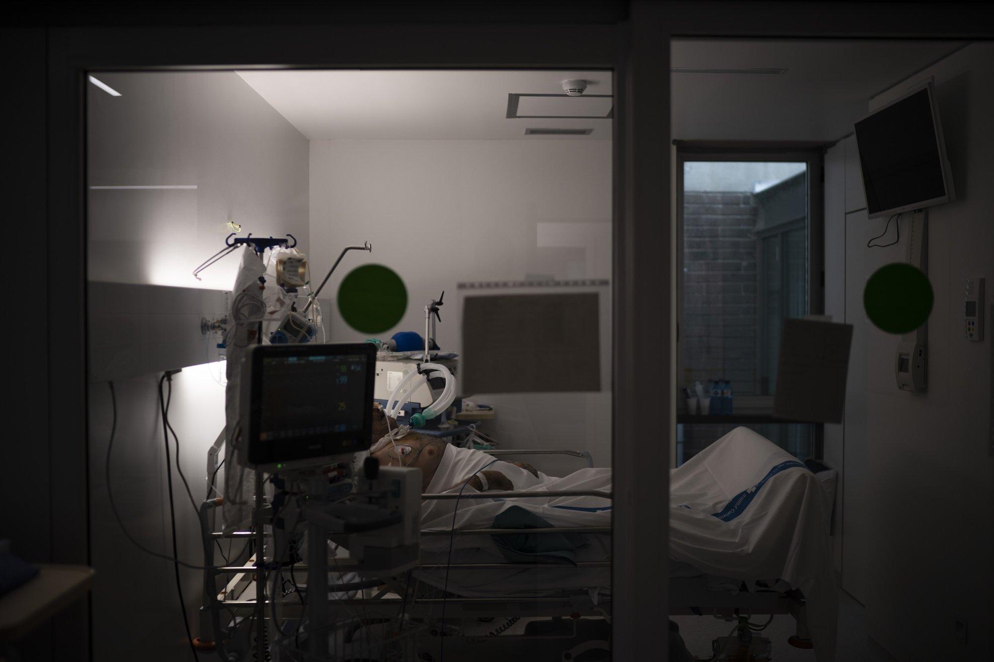 Un paciente con COVID-19 se somete a tratamiento en una de las unidades de cuidados intensivos (UCI) del hospital Germans Trias i Pujol en Badalona, provincia de Barcelona, España (AP Photo/Felipe Dana)