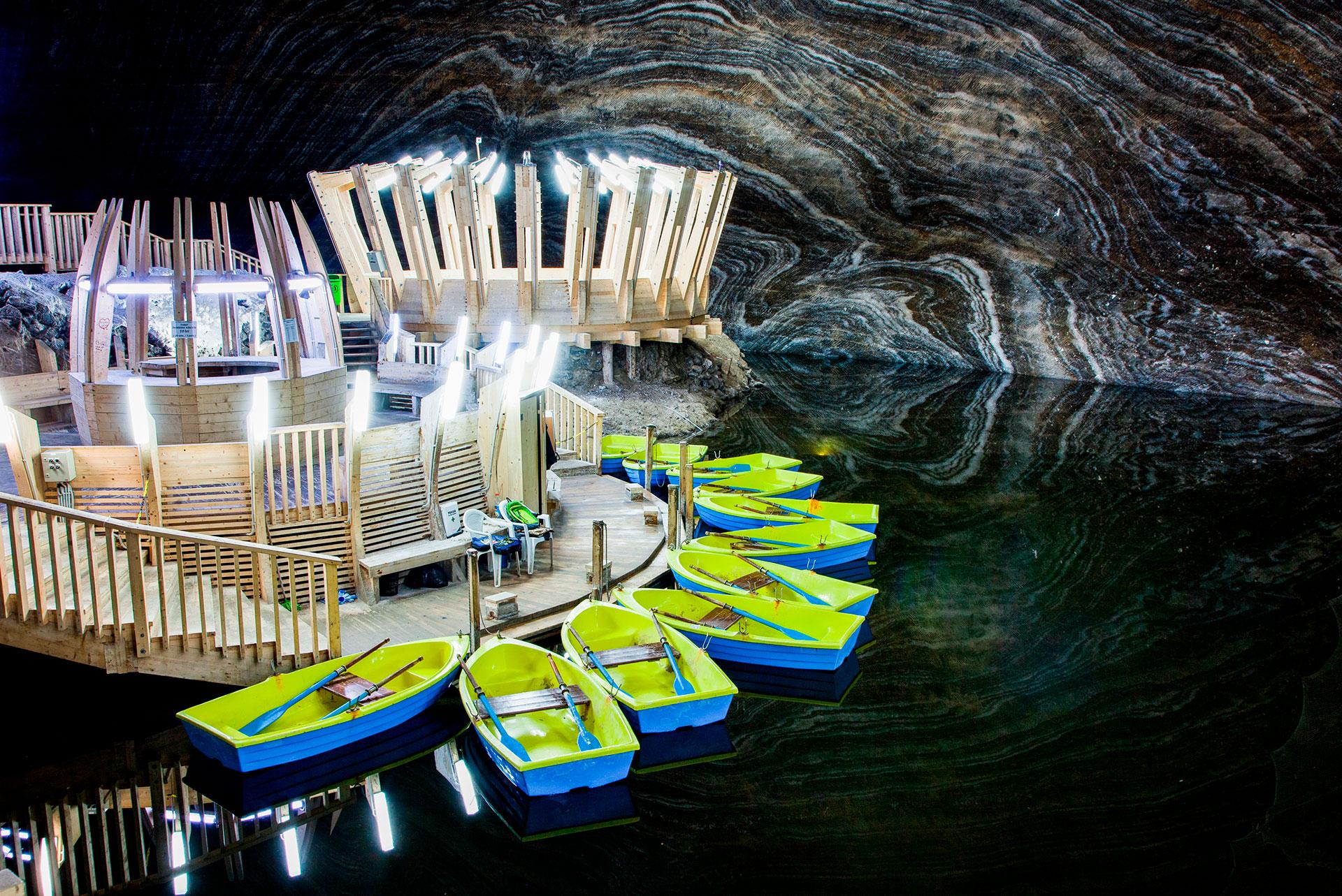 Sorprende su impresionante lago subterráneo, en el fondo de una caverna más profunda a unos 120 metros bajo tierra. Allí se puede cruzar a una pequeña isla donde se puede alquilar un bote de remos para explorar los confines más alejados de la laguna, rodeada de una