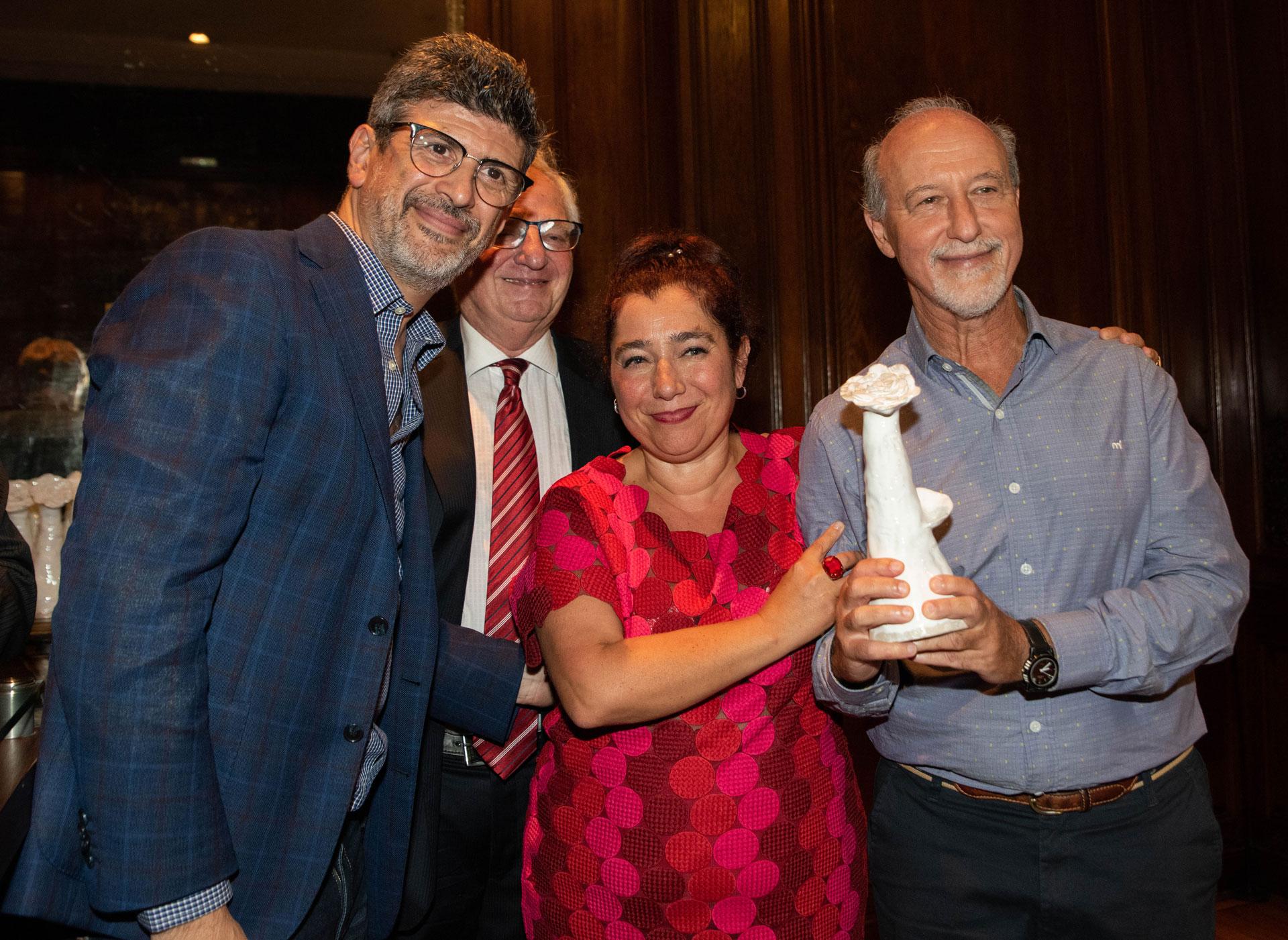 AMIA acaba de cumplir 125 años manteniendo vivas las tradiciones y los valores de la comunidad judía en el país, y un contacto permanente con la sociedad. El director del Servicio de Empleo de AMIA, Ernesto Tocker, y al director de Producción y Arte, Elio Kapszuk, recibieron la distinción en nombre de la organización