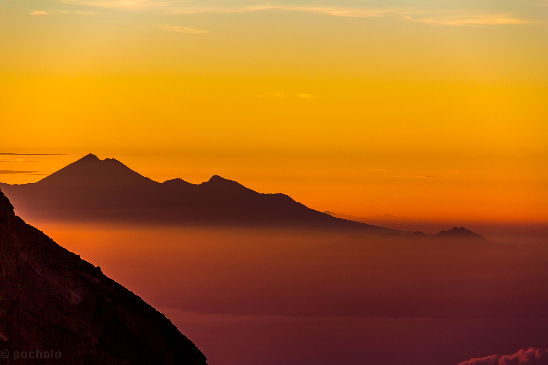 MONTE AGUNG - INDONESIA: Es un estratovolcán ubicado en la Isla de Bali en Indonesia. Con 3142 metros de altura, está lejos de parecer una estructura rocosa cónica
