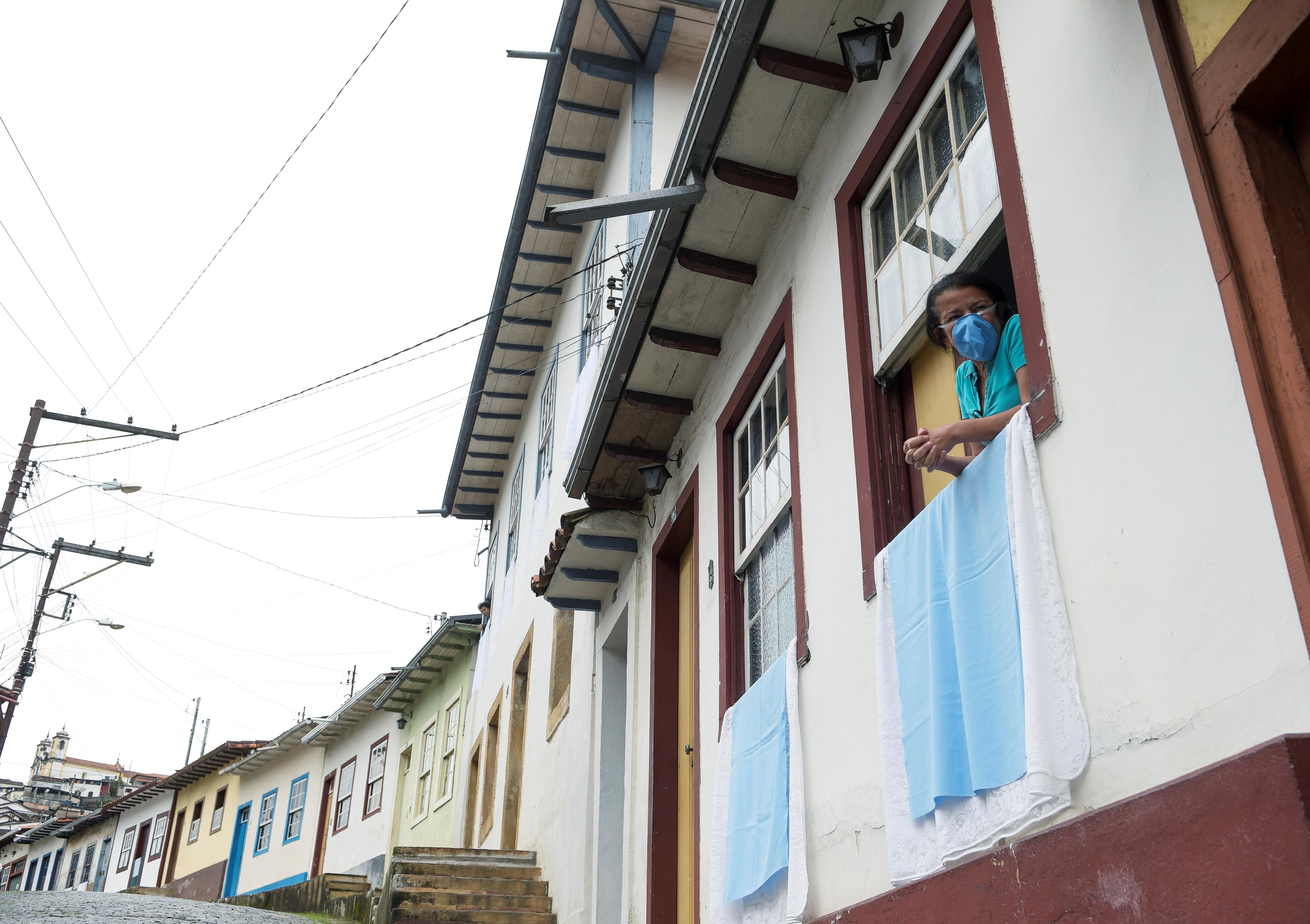 BRASIL - Ciudadanos de la ciudad de Ouro Preto, estado de Minas Gerais, durante la celebración de Domingo de Pascua, desde sus balcones