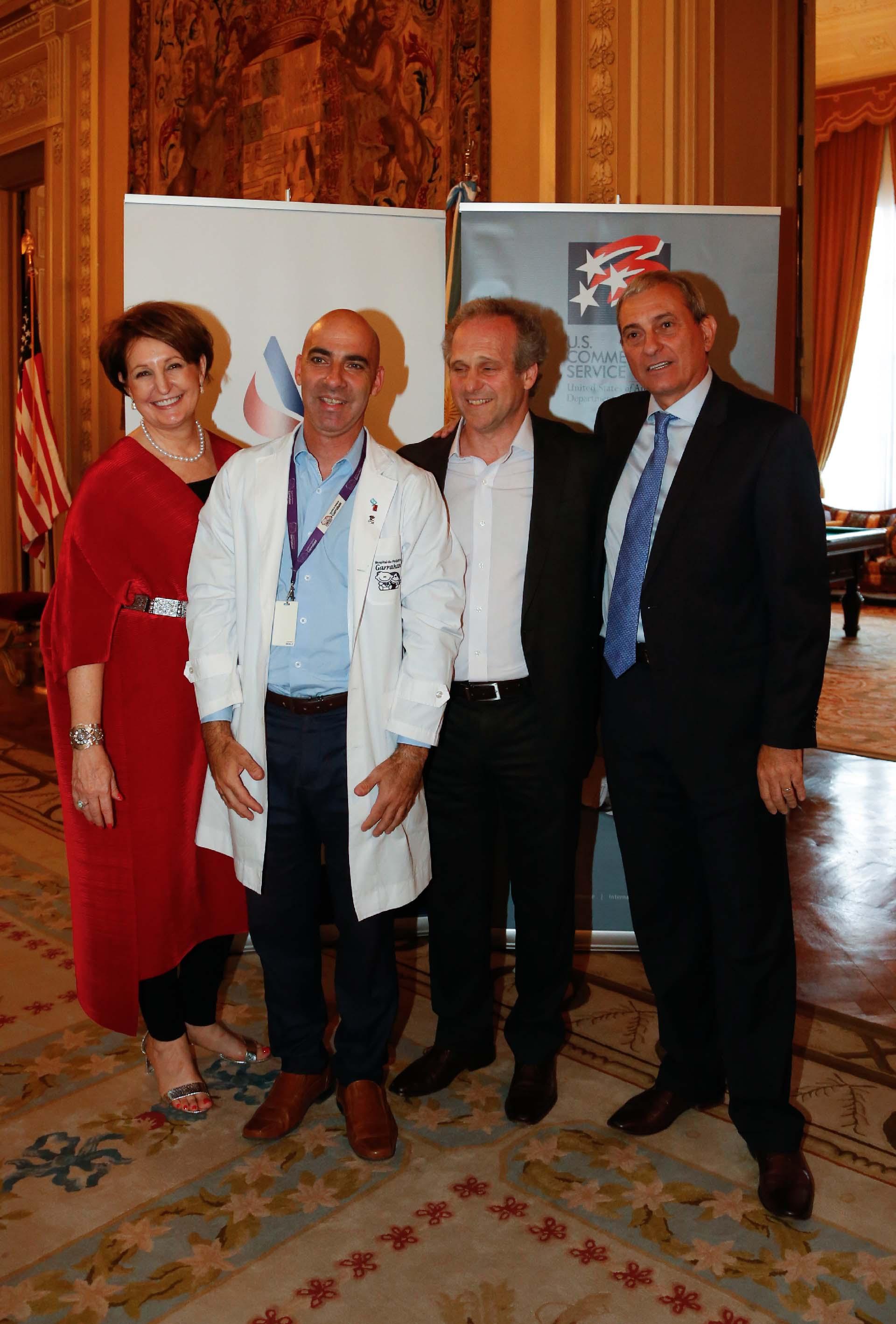 MaryKay Carlson junto a Carlos Kambourian, presidente del Consejo de Administración del Hospital Garrahan; Roberto Alexander y Alejandro Díaz