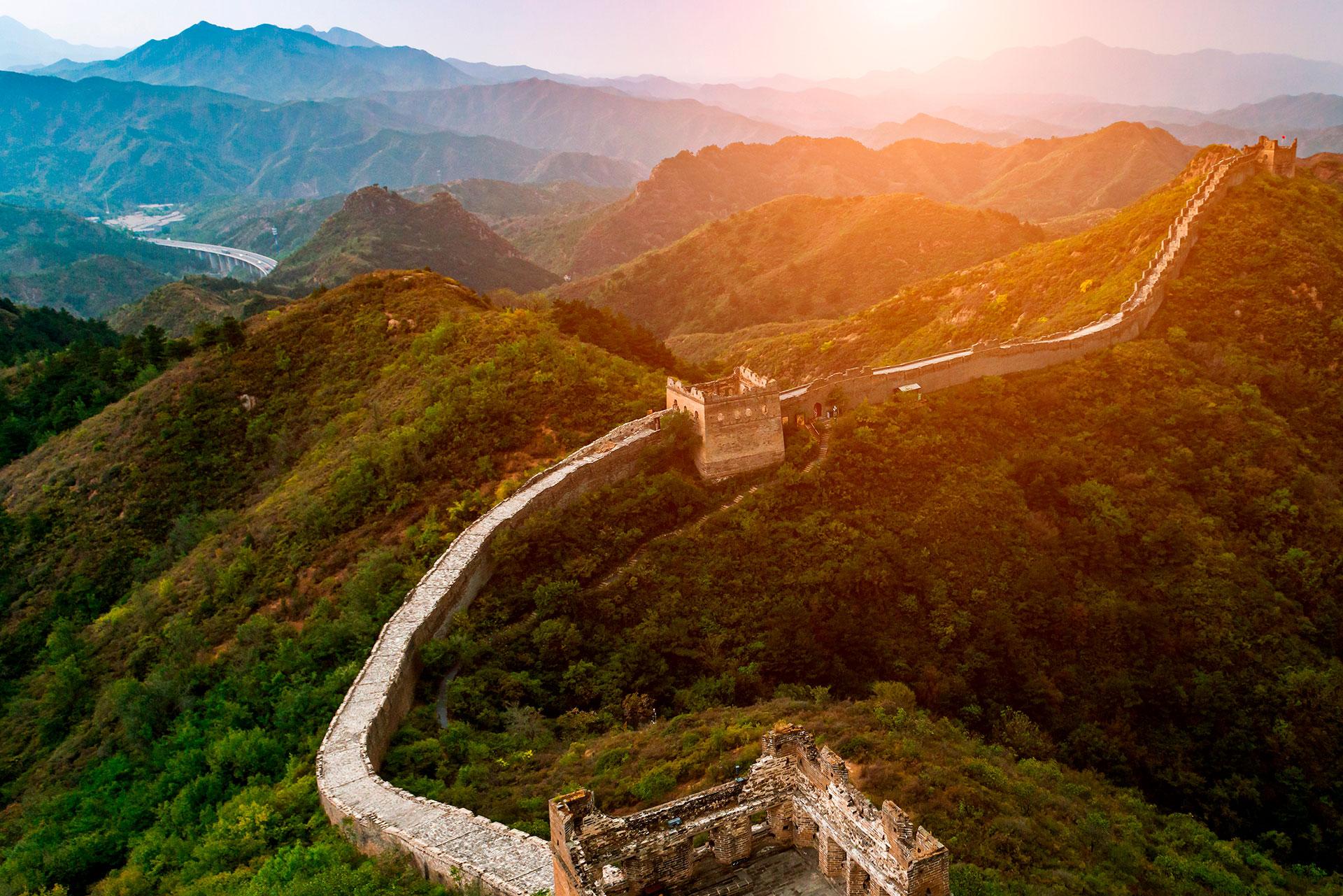 Con 21.200 kilómetros de largo, la Gran Muralla China es Patrimonio de la Humanidad por la UNESCO y fue votada como una de las Nuevas Siete Maravillas del Mundo en 2007. La sección Mutianyu de la Gran Muralla es la más popular entre los turistas, a solo dos horas afuera Beijing