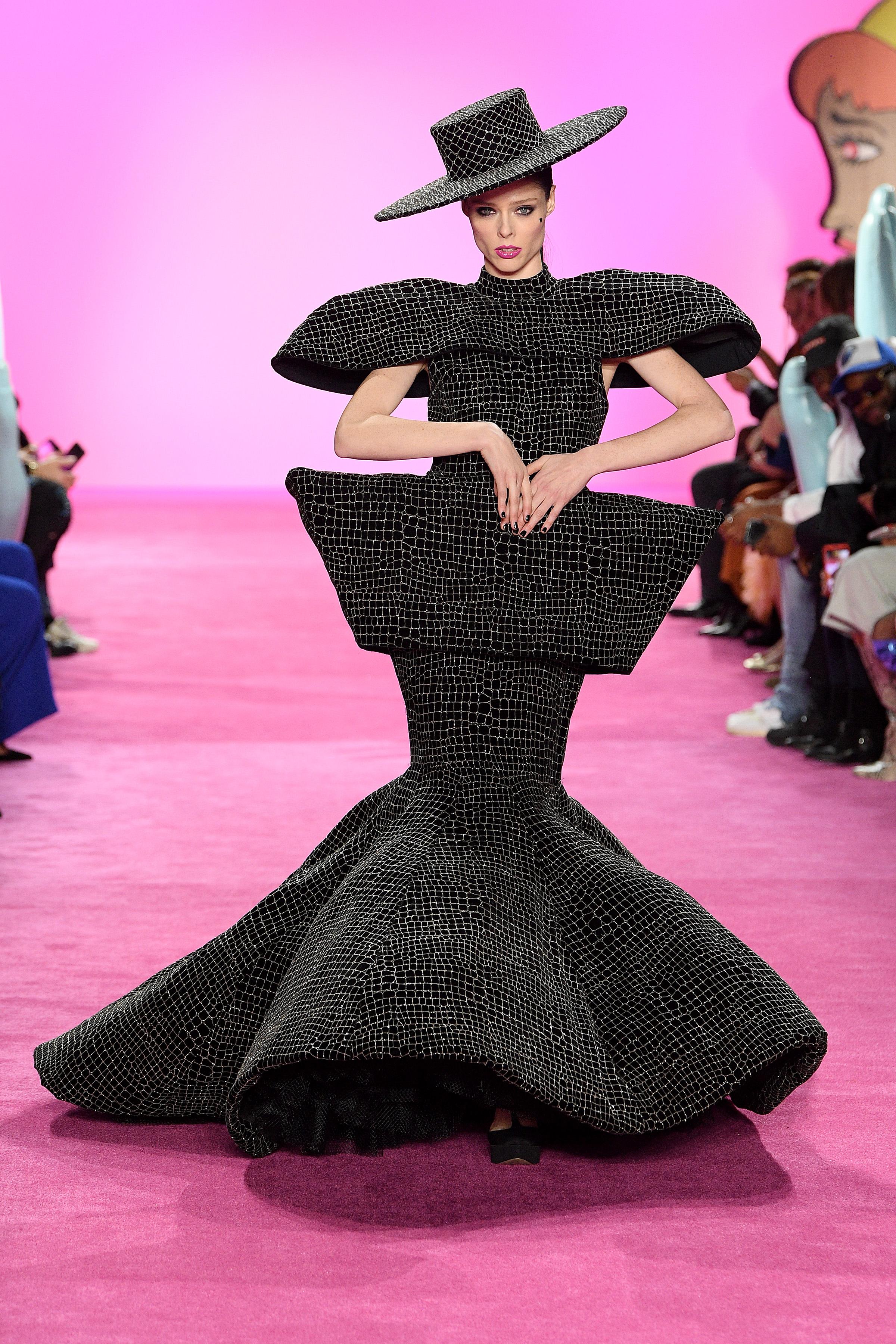 Coco Rocha abrió y cerró su pasada, en esta ocasión con un exótico vestido negro geométrico, entretejido con hombreras, caderín y sombrero. Los tejidos brillantes, el toque de distinción de Siriano en su nueva colección