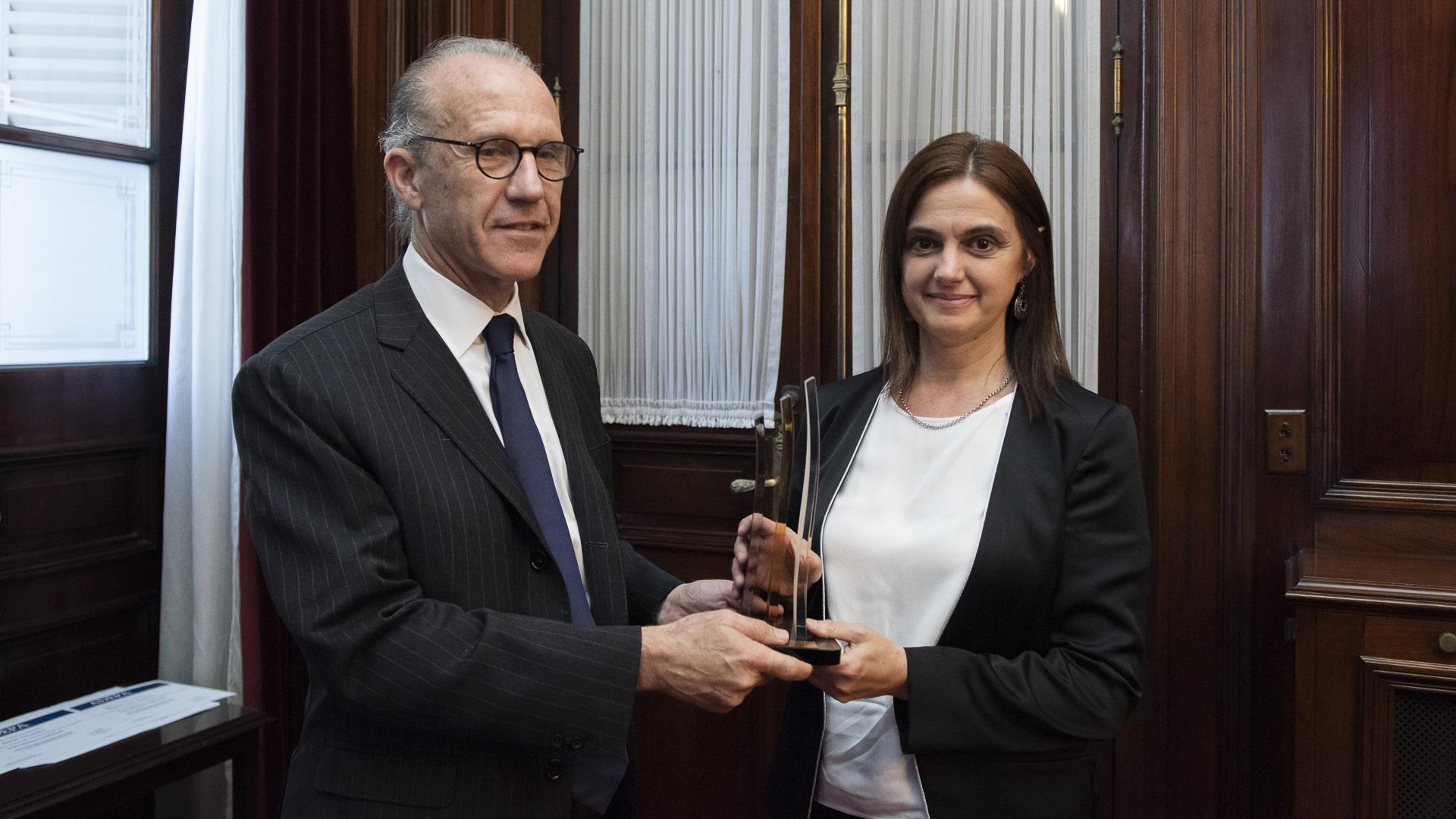 Silvia Stang recibió el premio de manos del presidente del tribunal