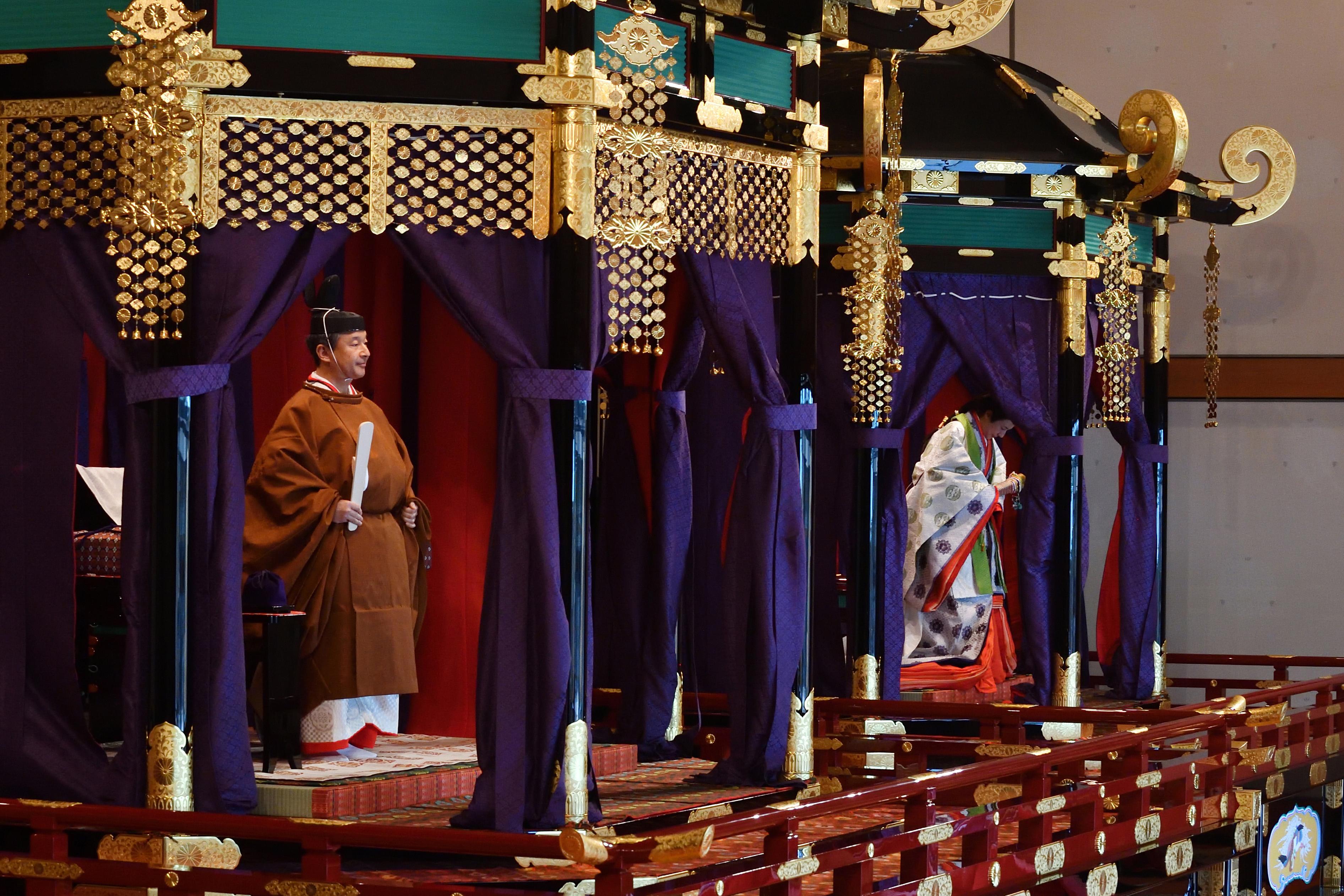 El emperador Naruhito (izquierda) y la emperatriz Masako (derecha) asisten a la ceremonia de entronización en el Palacio Imperial de Tokio, Japón (AFP)