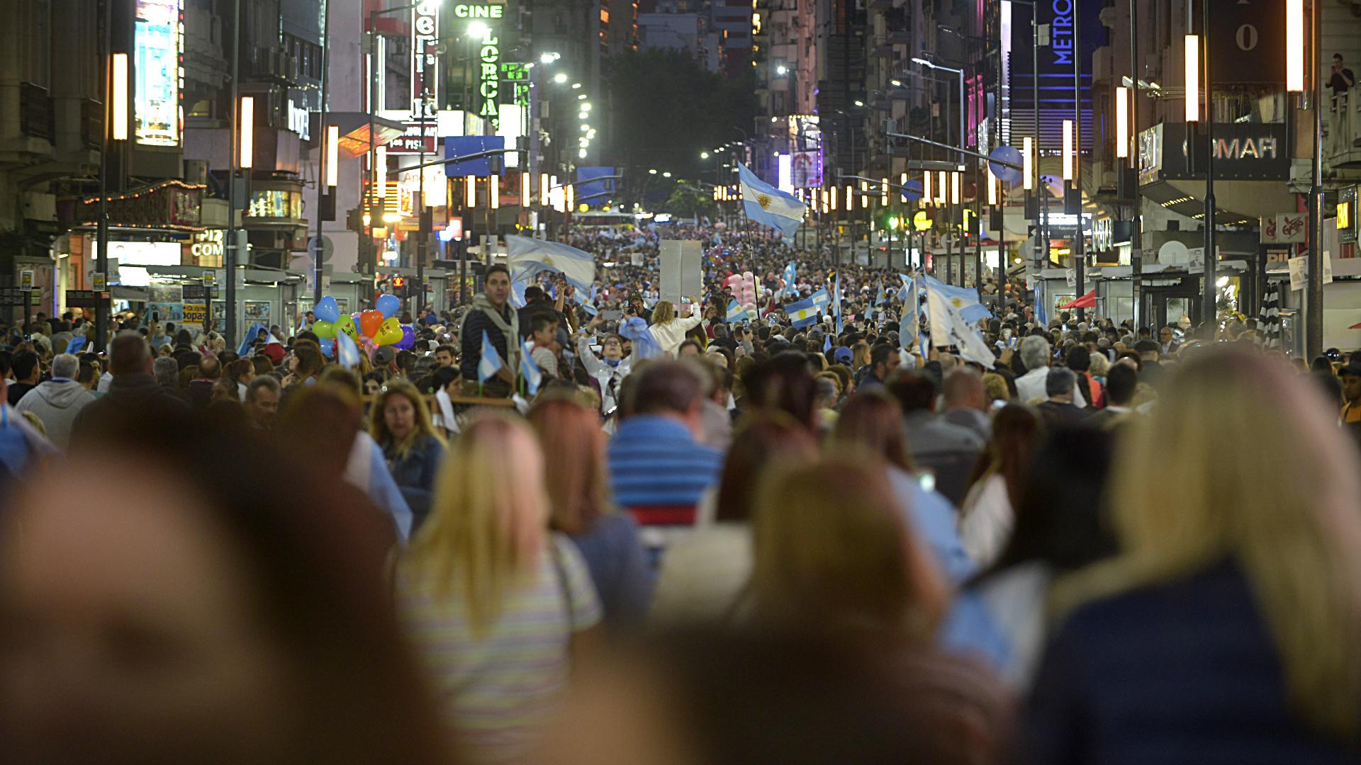 Finalizado el acto, la gente se desconcentra por calle Corrientes