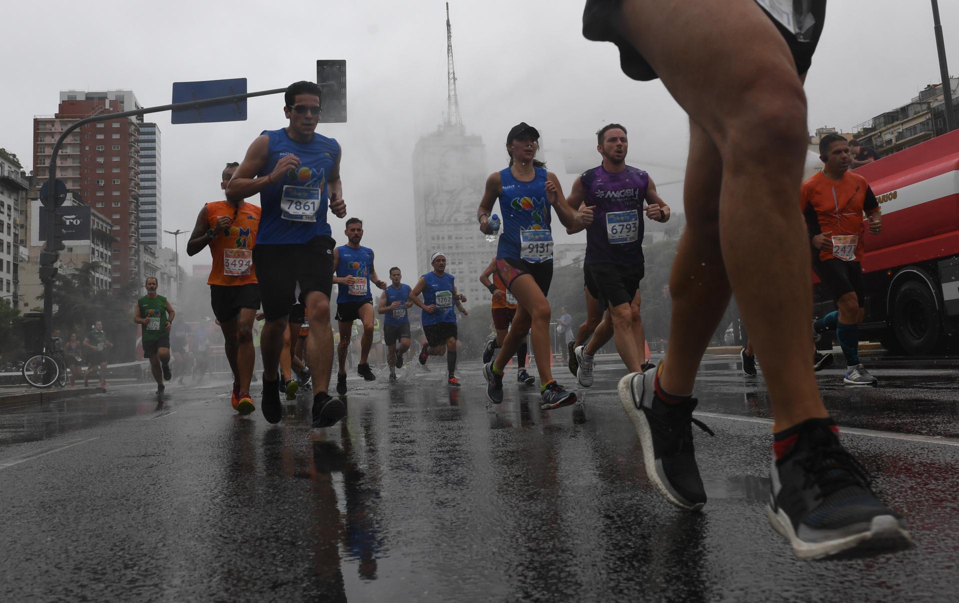 La garúa humedeció el asfalto en el medio de la maratón (Maximiliano Luna)