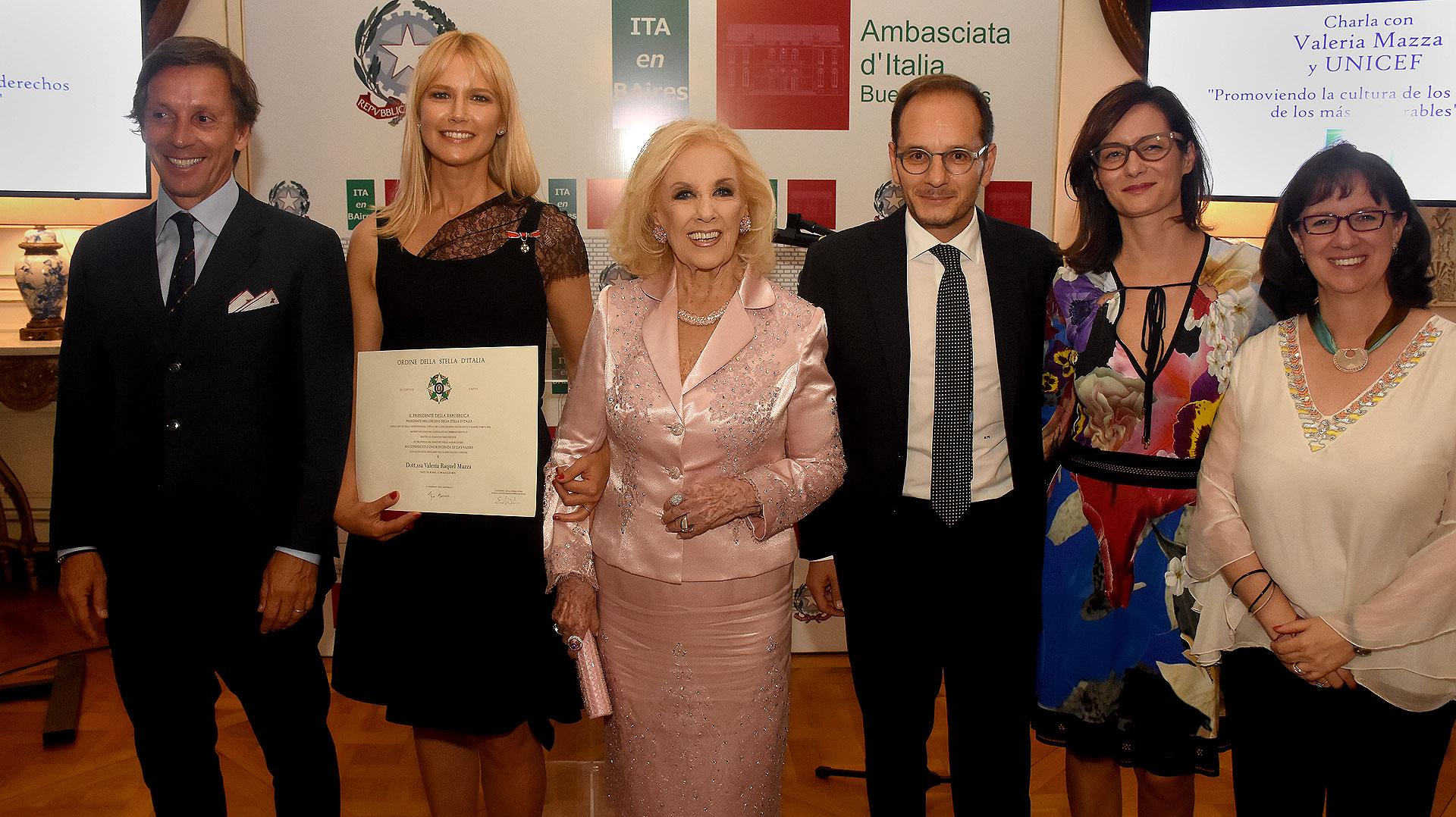 Alejandro Gravier, Valeria Mazza, Mirtha Legrand, el embajador italiano Giuseppe Manzo, y su mujer Alma, y Olga Izasa, representante adjunta de UNICEF Argentina