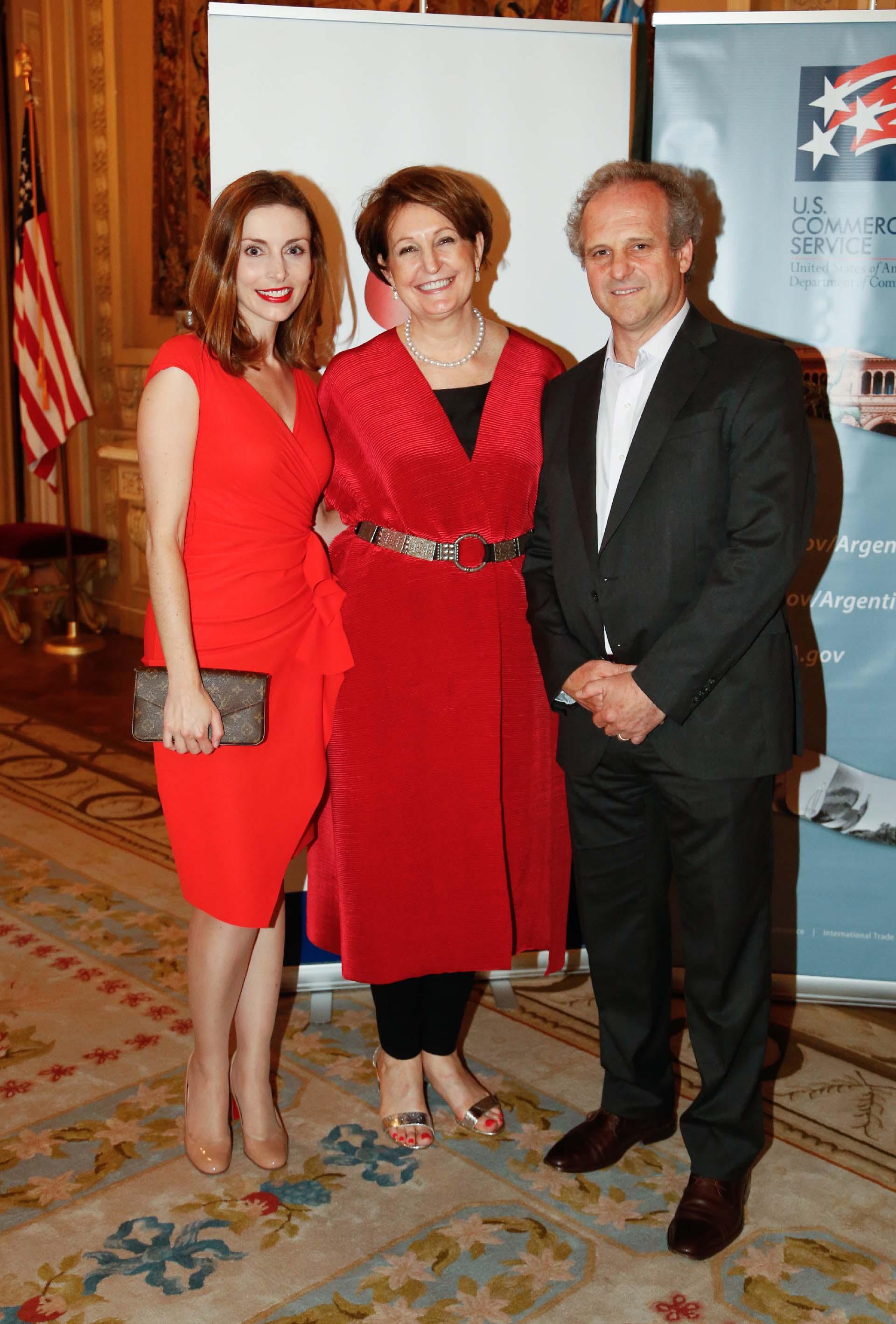 Kezia McKeague, directora de McLarty Associates, junto a MaryKay Carlson y Roberto Alexander