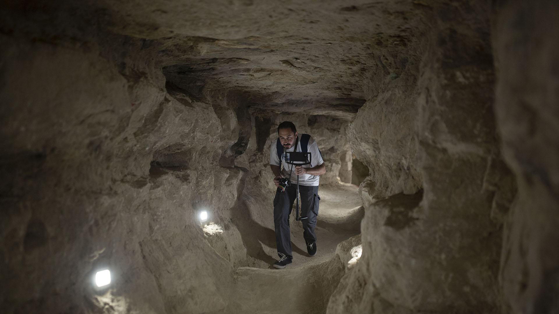 Un periodista egipcio recorre el interior de la pirámide escalonada que se abrió para los visitantes el jueves 5 de marzo de 2020. (AP)