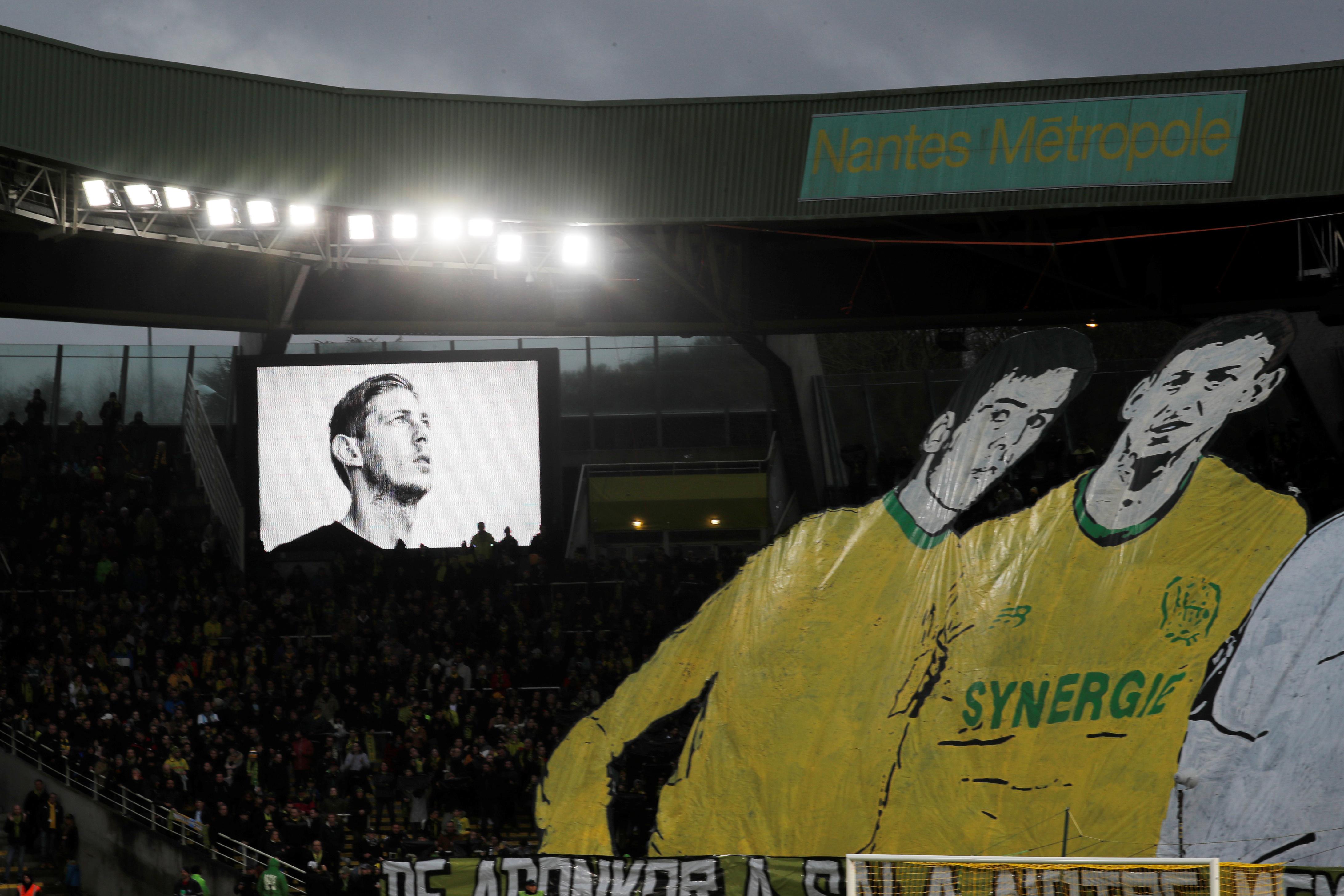 En la noche del 21 de enero de 2019, Emiliano Sala falleció a los 28 años cuando viajaba en una avioneta hacia Cardiff, después de fichar por el club de la Premier League de esa ciudad galesa