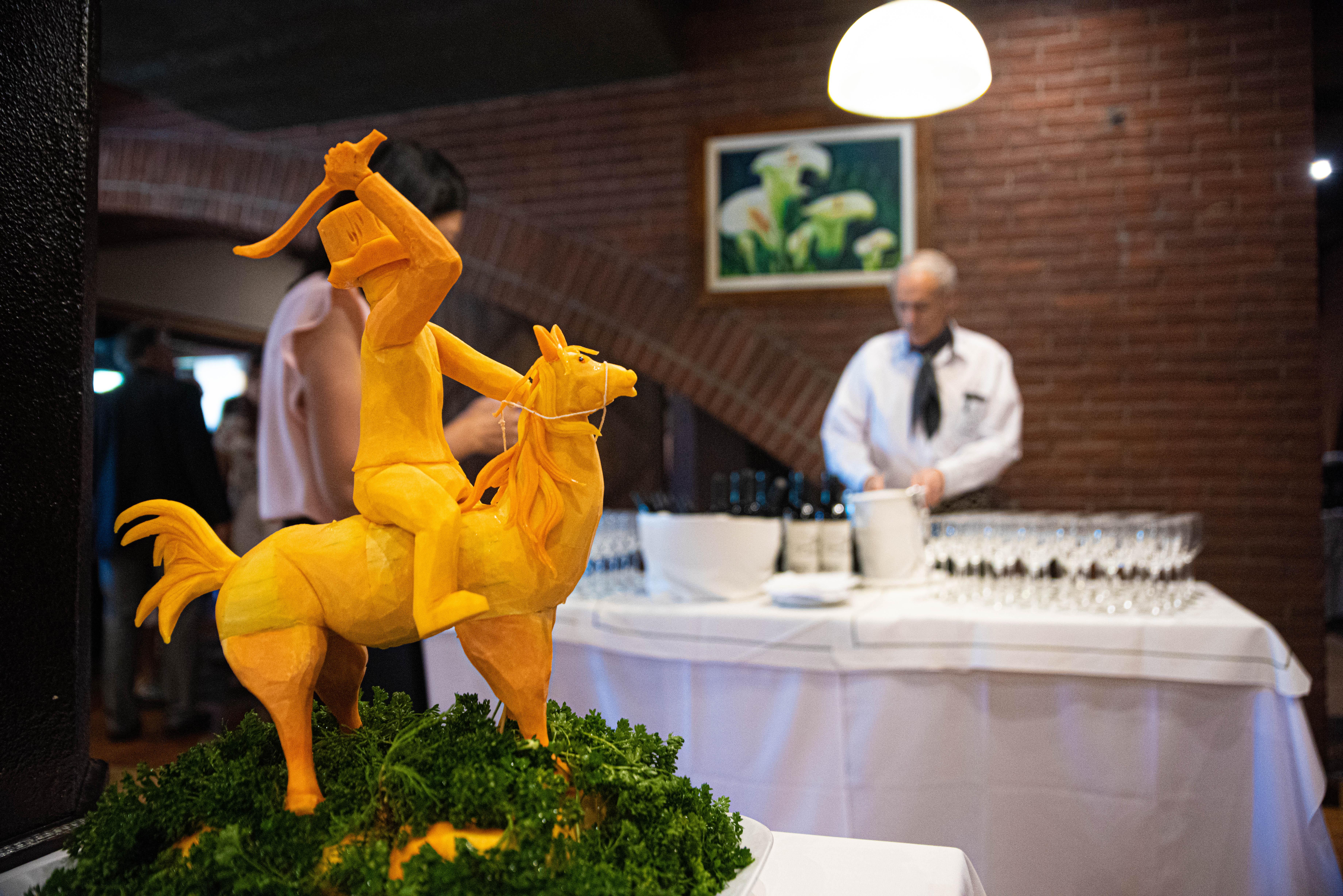 Una escultura realizada con calabaza por los cocineros de la parrilla
