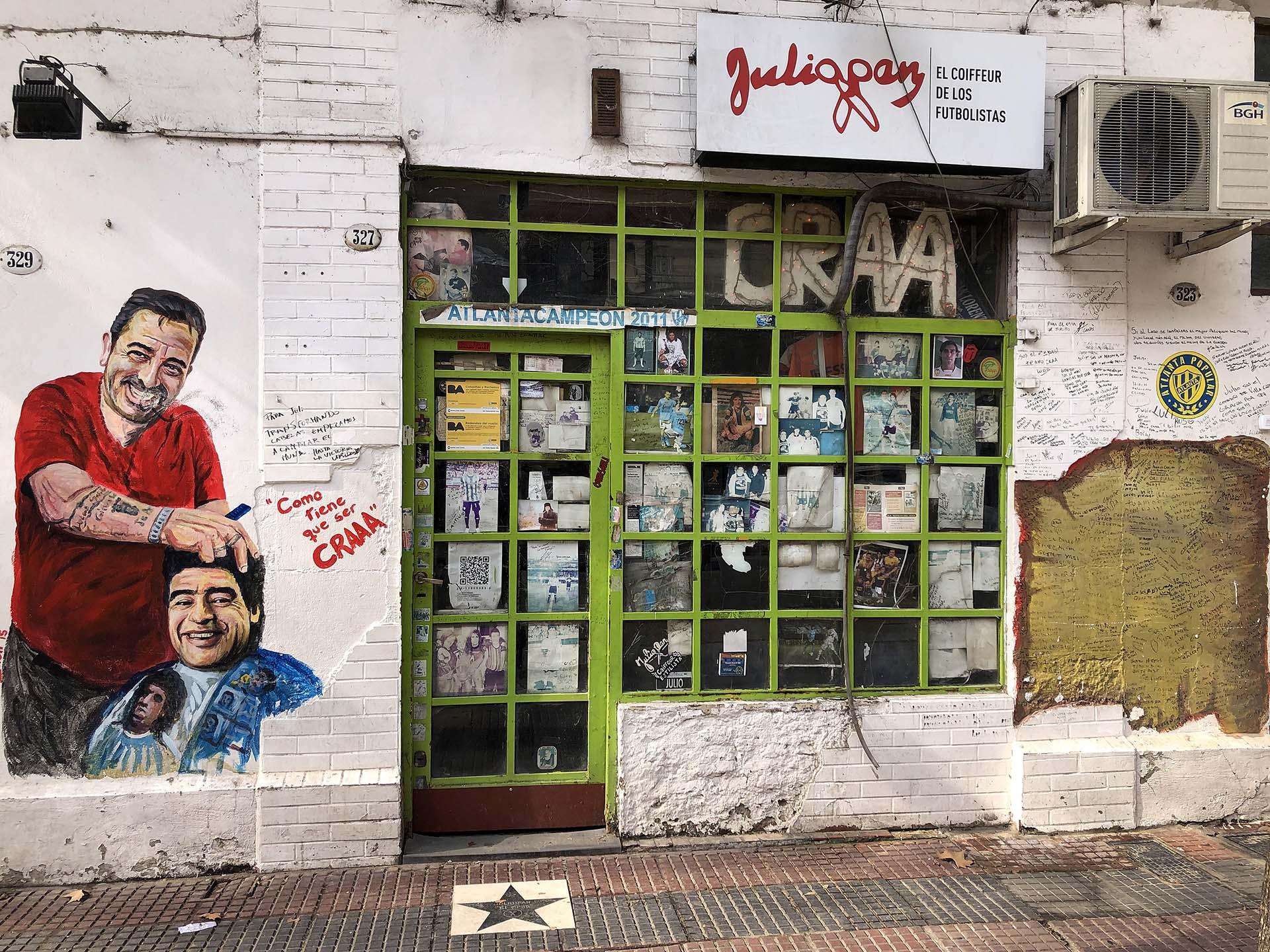 Julián Álvarez 327, metros al costado de la avenida Corrientes. La peluquería de Julio Pan es un rincón místico del barrio de Villa Crespo.