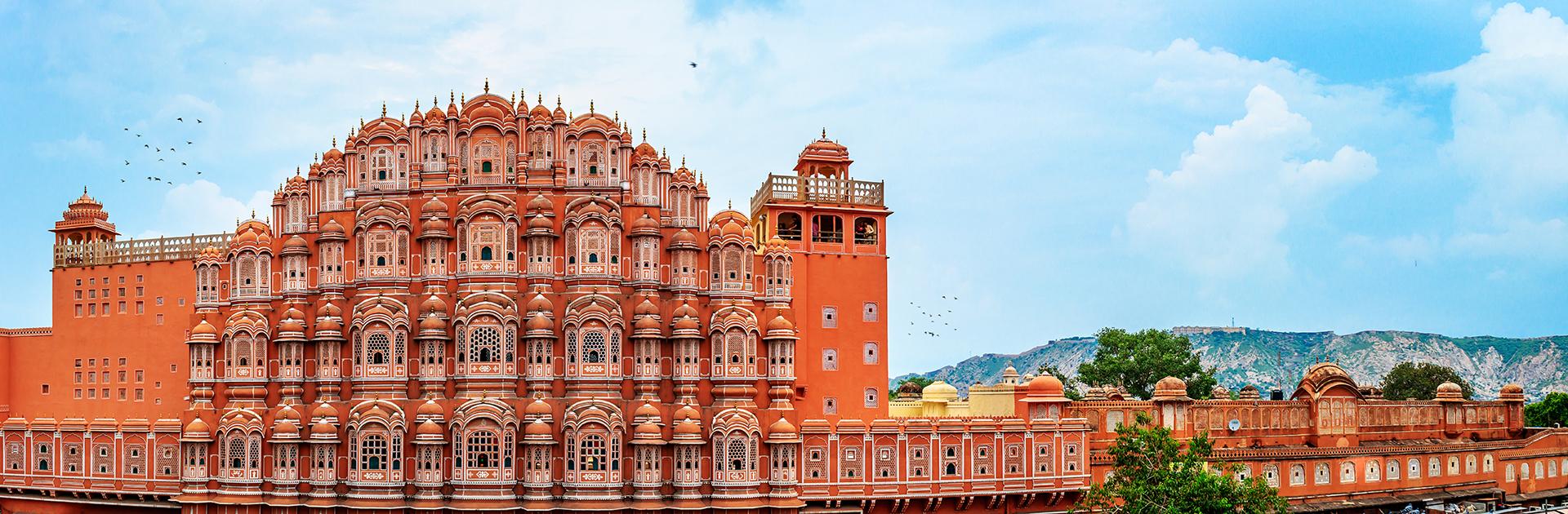 El palacio de Jaipur, que incluye a los palacios Chandra Mahal y Mubarak Mahal junto con otras construcciones, es un complejo palaciego en Jaipur, la capital del estado de Rajasthan, India