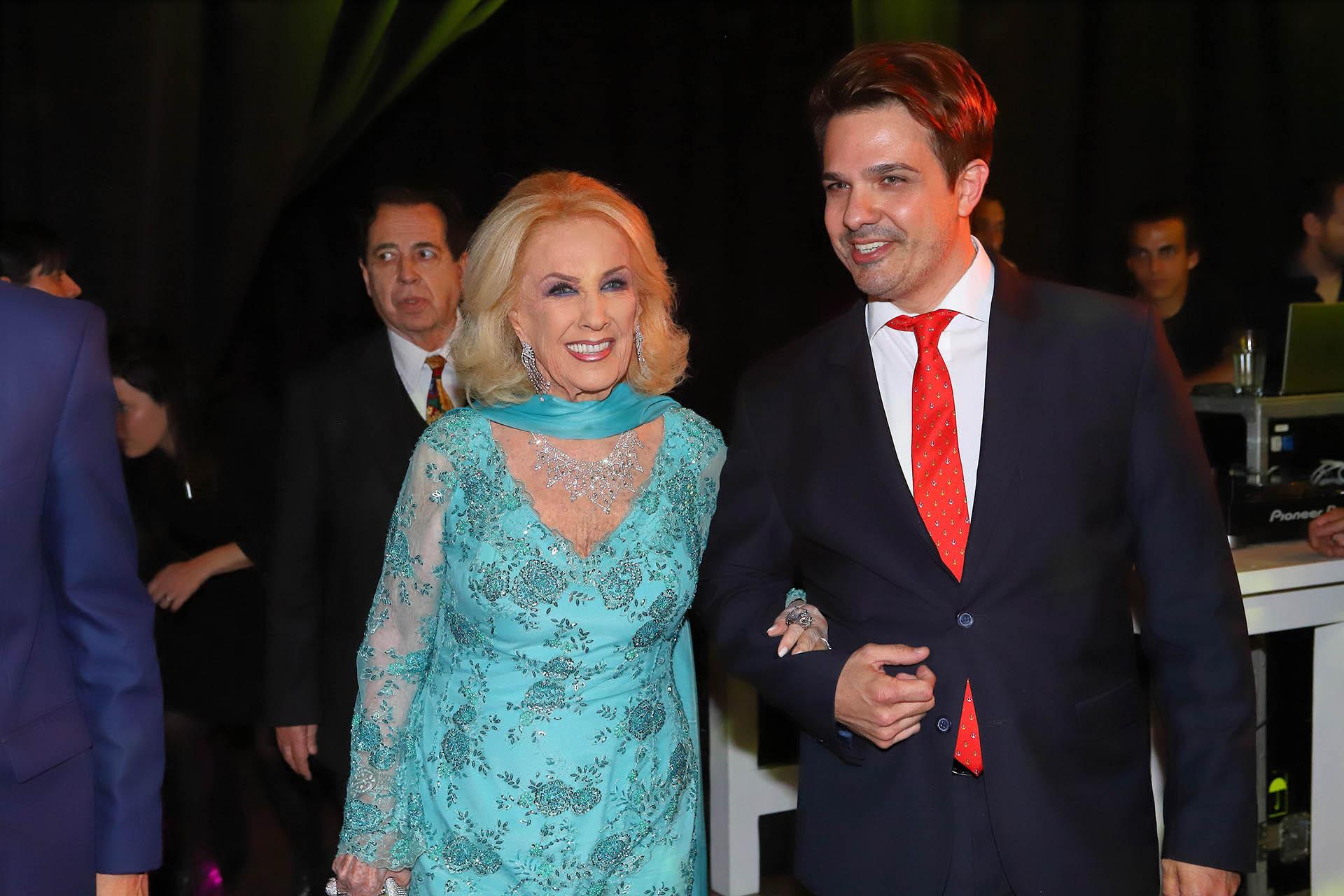 La llegada de Mirtha Legrand acompañada por el productor general de la gala, Alejandro Viñas