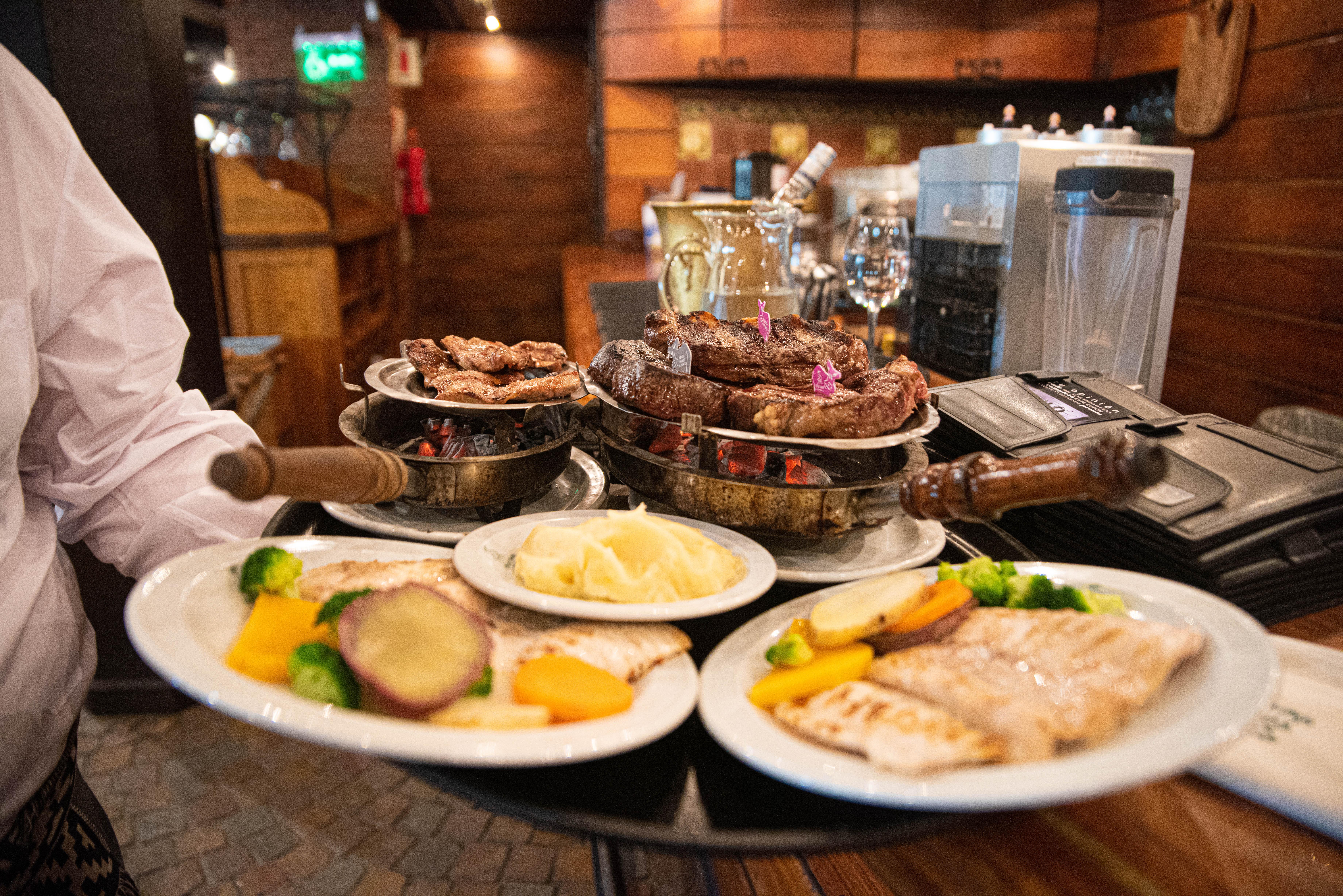 """En el 2018, fue galardonado como el restaurante con el """"Mejor Bife de Chorizo de la Ciudad"""" por la Asociación de Hoteles Restaurantes Confiterías y Cafés (AHRCC). Y ese es uno de sus cortes insignias de la casa, además del asado de tira o la solicitada entraña a las brasas."""