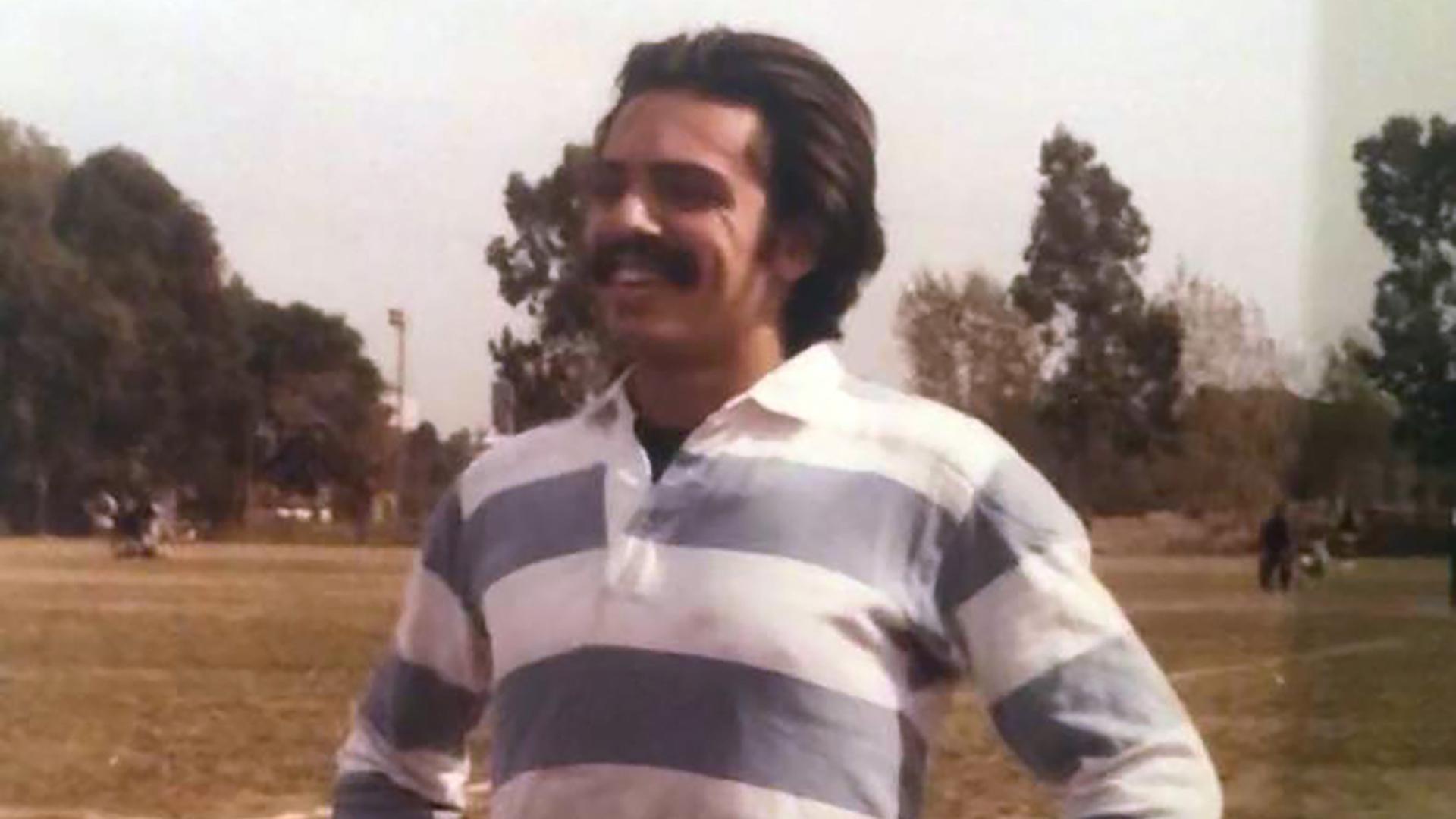 """Ya en la UBA, donde en empezó a estudiar derecho en 1977 y trabajaba en Tribunales, jugaba al fútbol en el torneo interfueros. """"Ibamos al campo de Ciudad Universitaria. Era arquero de equipo del fuero penal"""