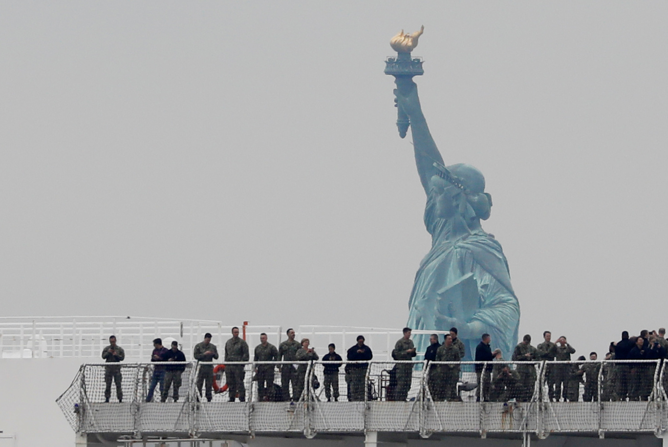 Los tripulantes del USNS Comfort con la Estatua de la Libertad de fondo