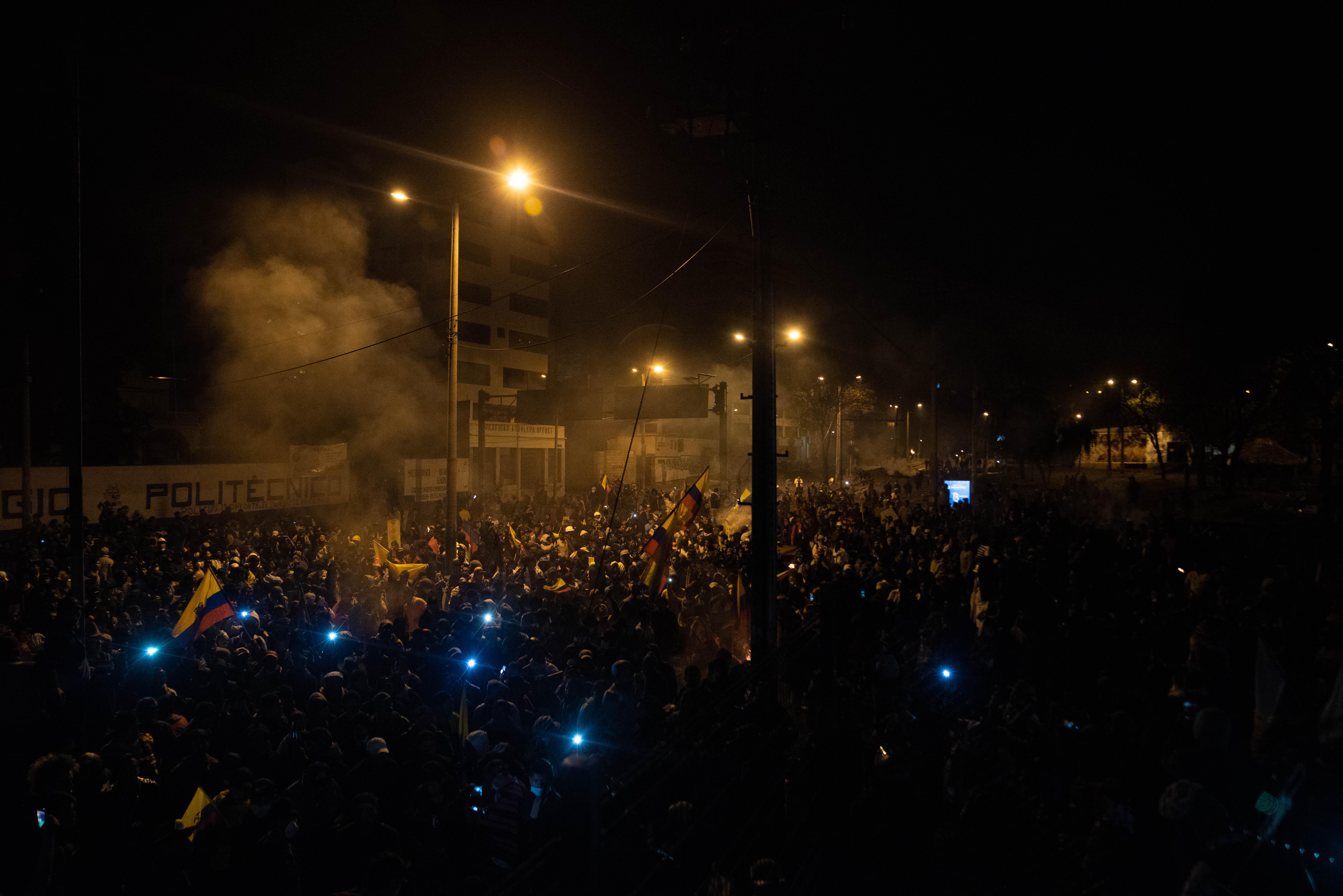 Miles de personas salieron a la calle a festejar que se derogará el decreto 883 que eliminaba los subsidios del gobierno nacional a los combustibles fósiles.