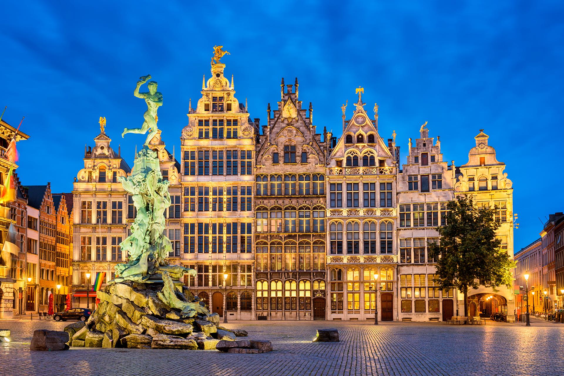 Conocida como la Capital Mundial de los Diamantes, Amberes es la segunda ciudad más importante de Bélgica. Mundialmente es famosa por su producción de diamantes en bruto, aproximadamente el 85% de la producción mundial