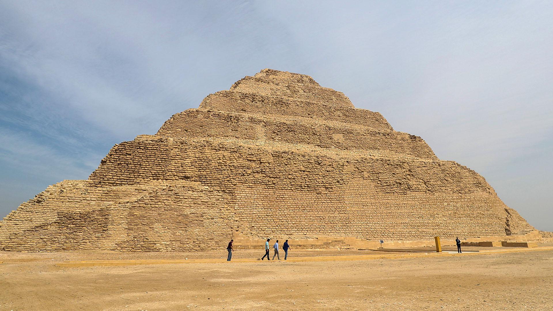 Una vista general muestra la pirámide escalonada de Djoser en la necrópolis Saqqara de Egipto, al sur de la capital, El Cairo. (AFP)