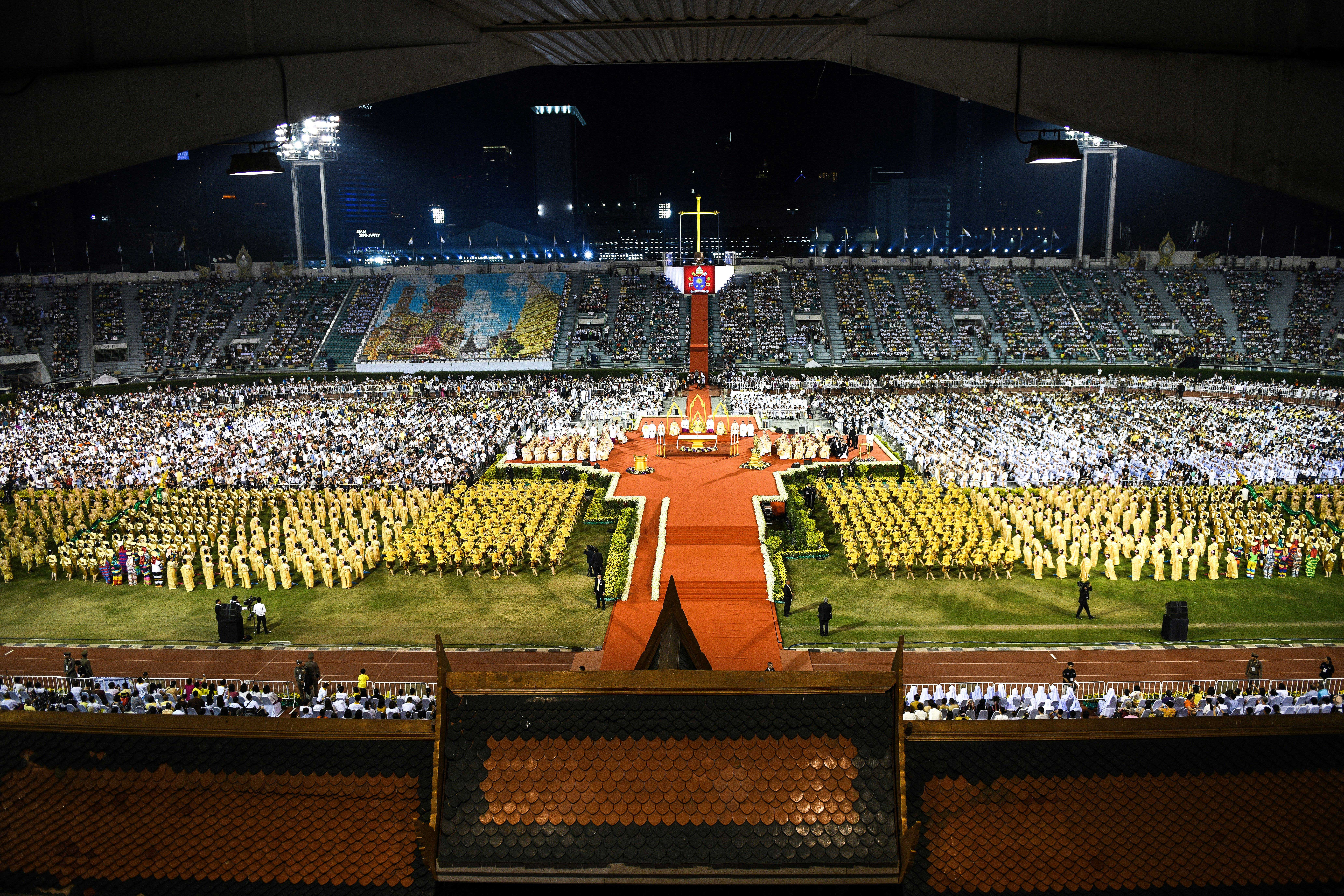 Miles de personas estuvieron presentes en la misa del Papa Francisco en Tailandia. (AFP)