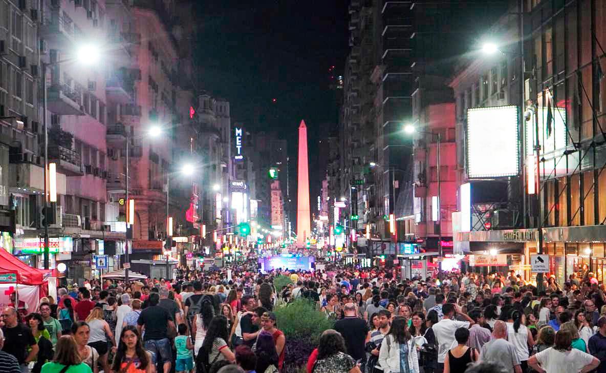 La calle Corrientes se llenó de lectores en busca de nuevos libros.