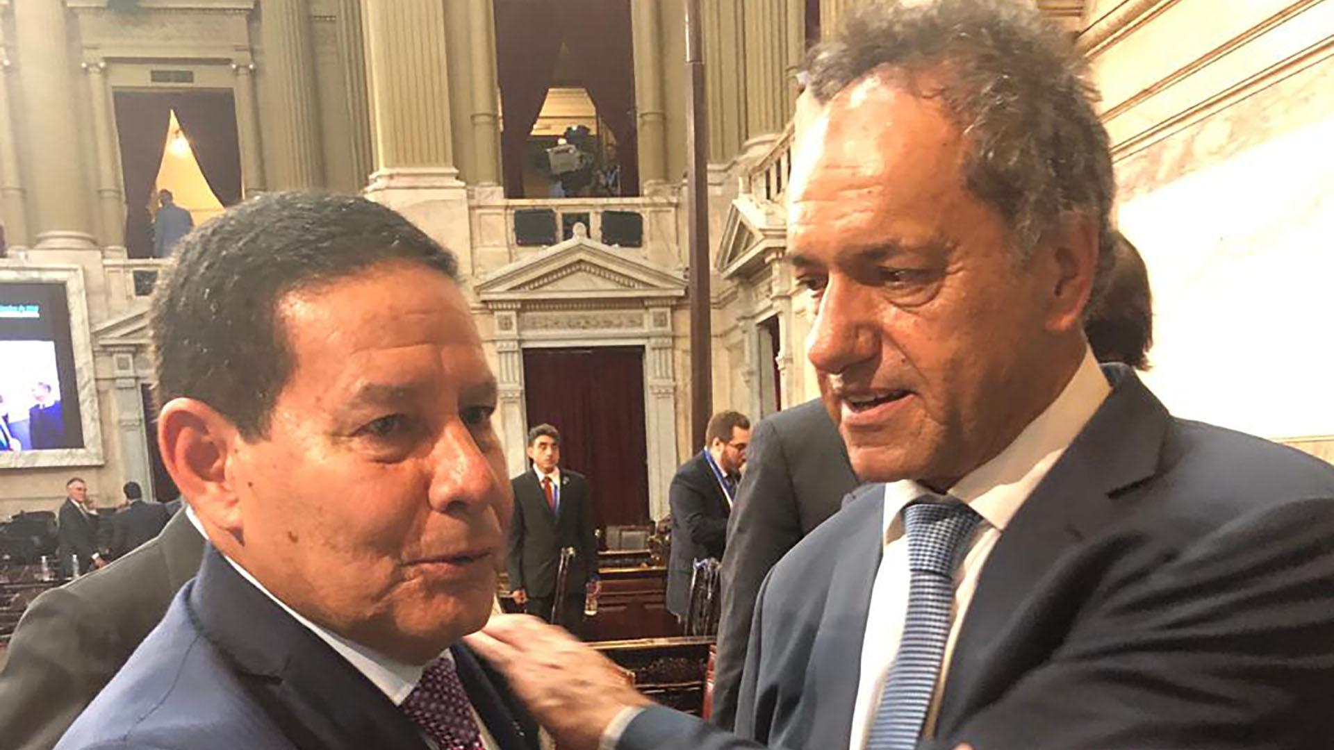 El vicepresidente de Brasil, Hamilton Mourão, junto al flamante embajador Daniel Scioli
