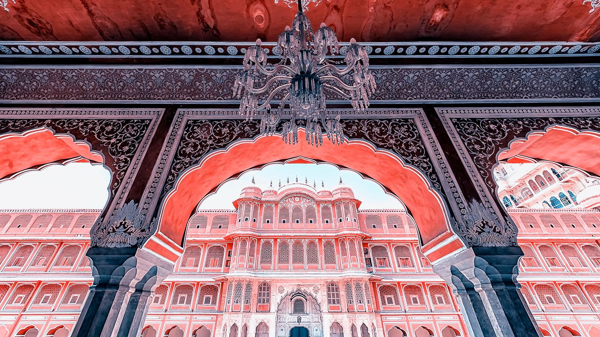 El palacio fue construido entre 1729 y 1732, inicialmente por Sawai Jai Singh II, el gobernador de Amber. Sawai planificó y construyó los muros externos, y otros gobernadores que le sucedieron fueron incorporando edificaciones inclusive hasta el siglo XX