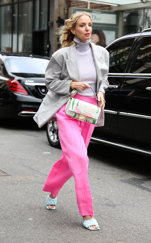 Rosa y gris. Pantalón sastrero y saco oversized, con polera bicolor rayada, Leonie Hanne eligió resaltar su street style con una cartera de la marca italiana Fendi para el show de Ulla Johnson