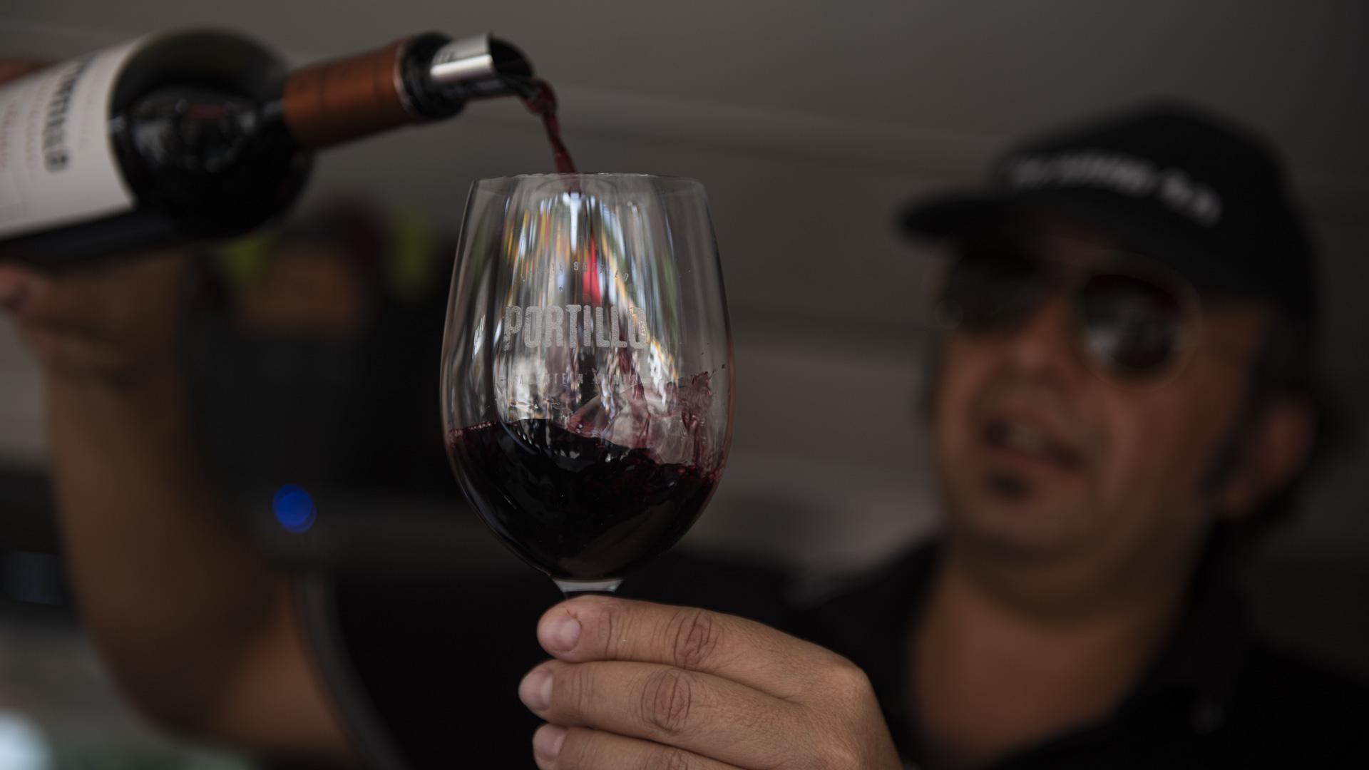 Para los amantes de los vinos, también hay food truck para acompañar los platos de comida. Hay opción de vino blanco, vino tinto y vino rosé, todo esto en el stand de Portillo que te lo sirven en una copa grande