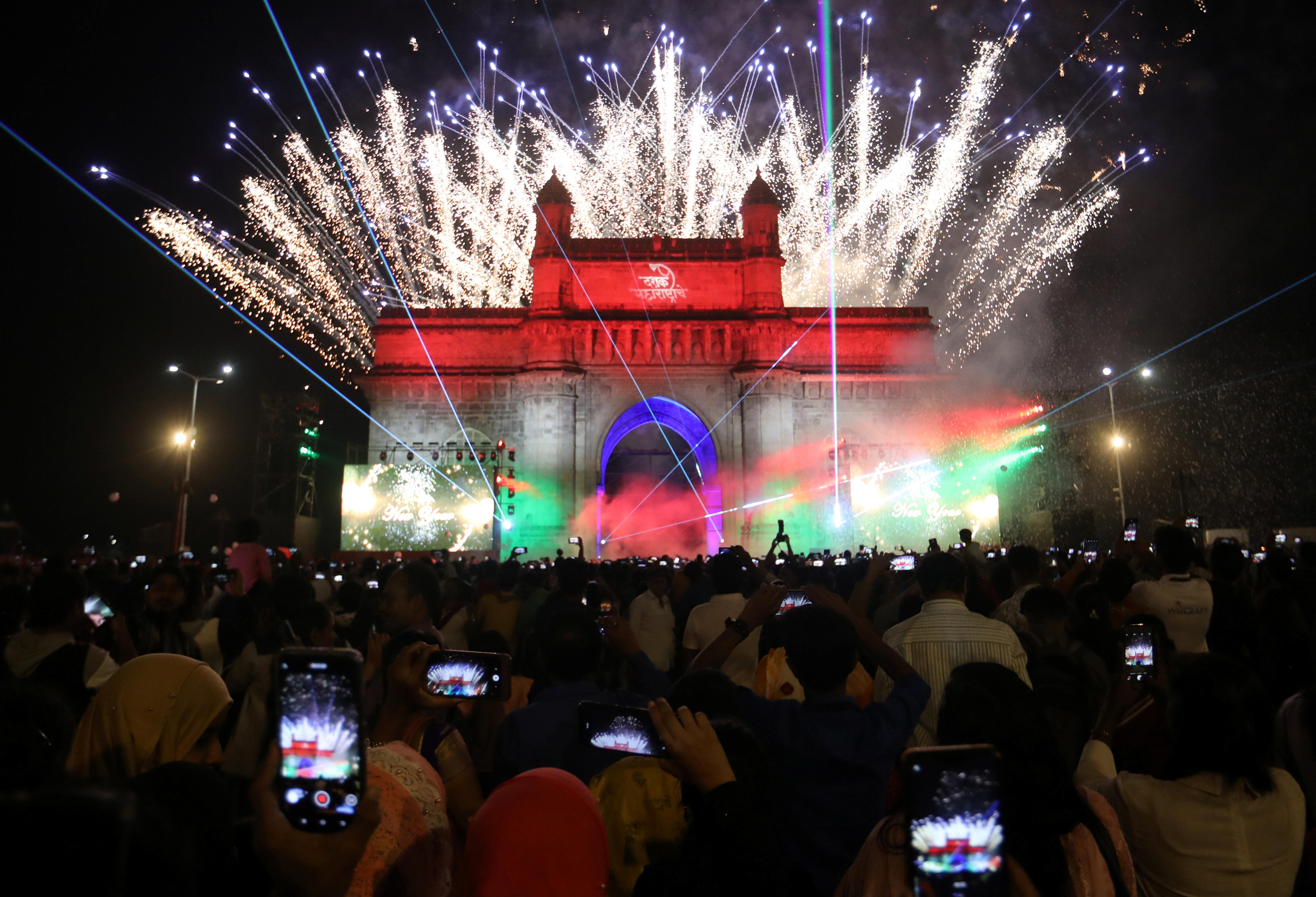 Fuegos artificiales sobre el monumento de la Puerta de la India el día de Año Nuevo en Mumbai (REUTERS/Francis Mascarenhas)