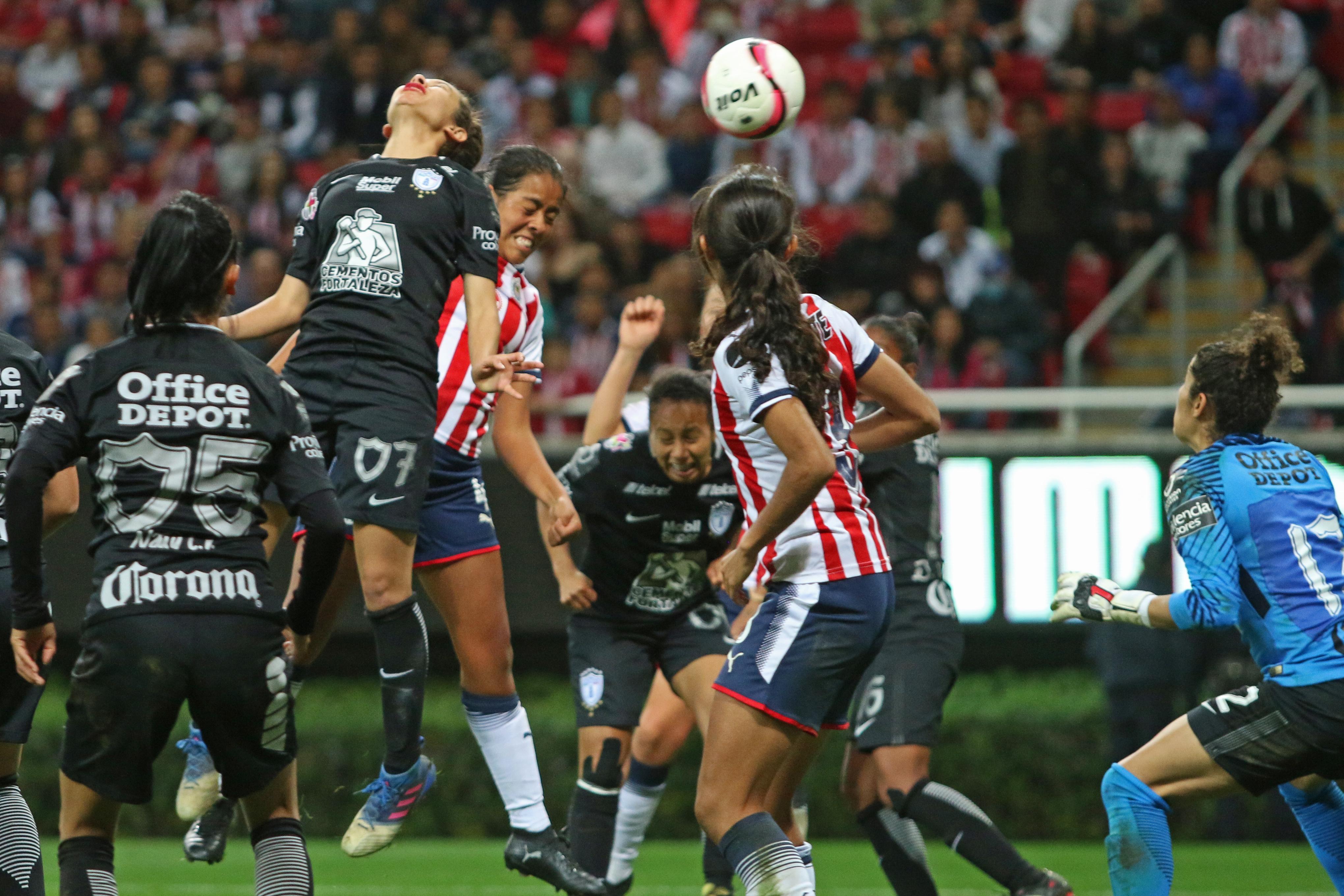 Zapopan, Jalisco, 24 de noviembre 2017Jugadoras de Chivas y Pachuca disputan el balón en el área visitante, en partido correspondiente a la Final del del Torneo Apertura 2017 de la Liga MX Femenil, en donde se enfrentan los equipos de las Chivas vs Pachuca, en juego que se lleva a cabo en el Estadio Chivas (Foto: Cuartoscuro)