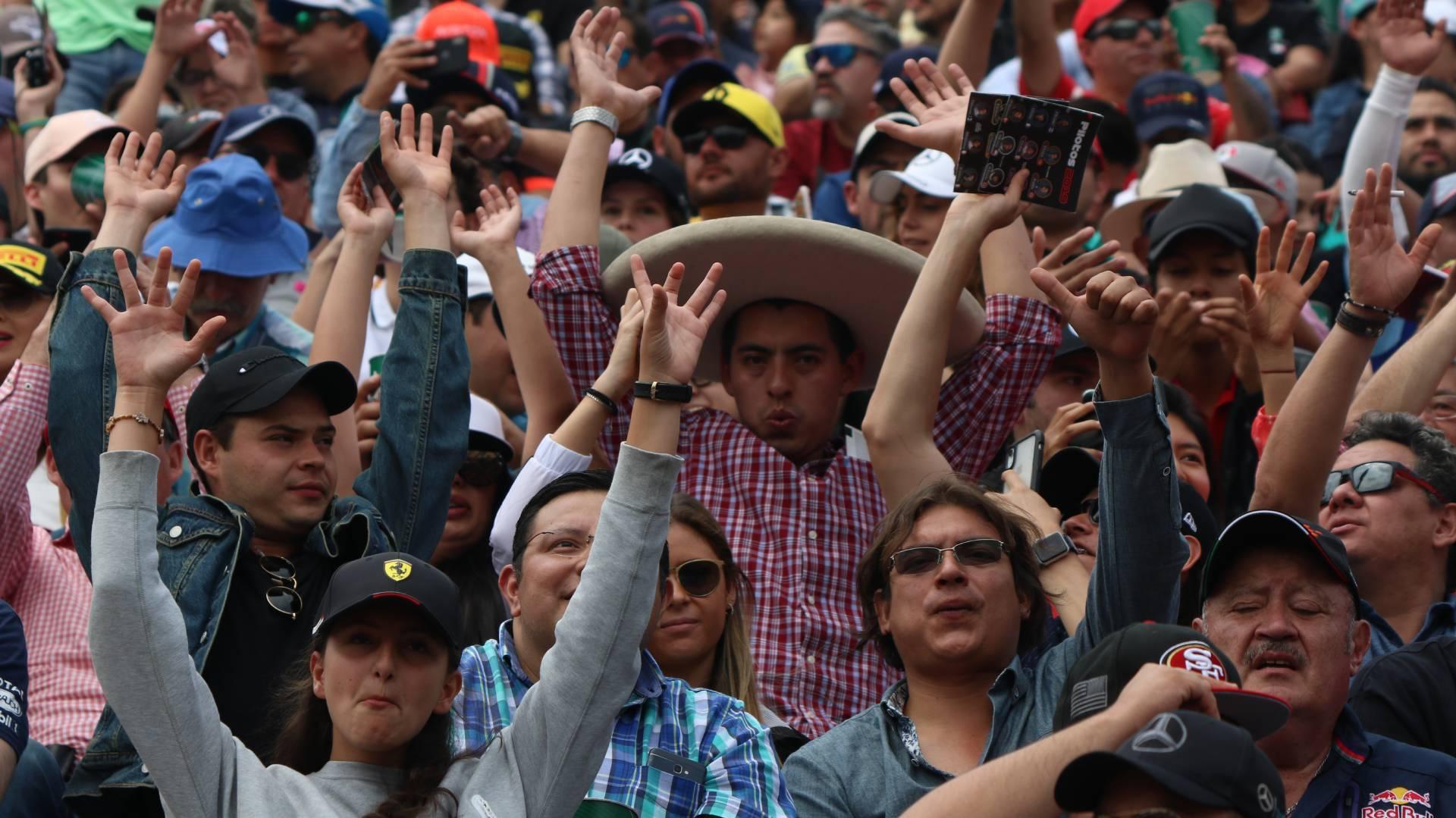 Basta con echar un vistazo a las gradas durante un día de carrera para cerciorarse que los aficionados mexicanos tienen una clara predilección por la escala de rojos (Foto: Cuartoscuro)