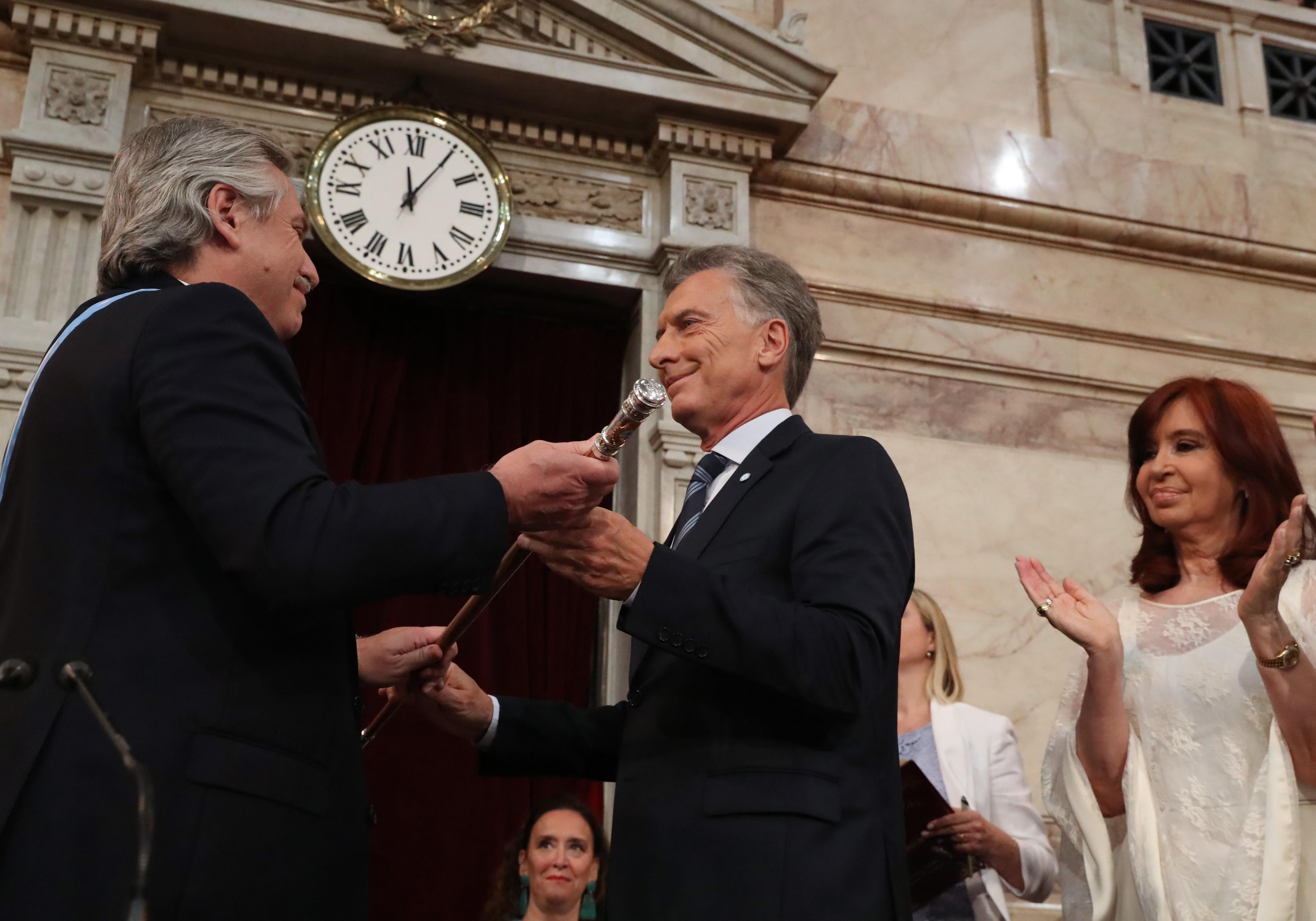 El momento en que Mauricio Macri le entrega el bastón presidencial a Fernández