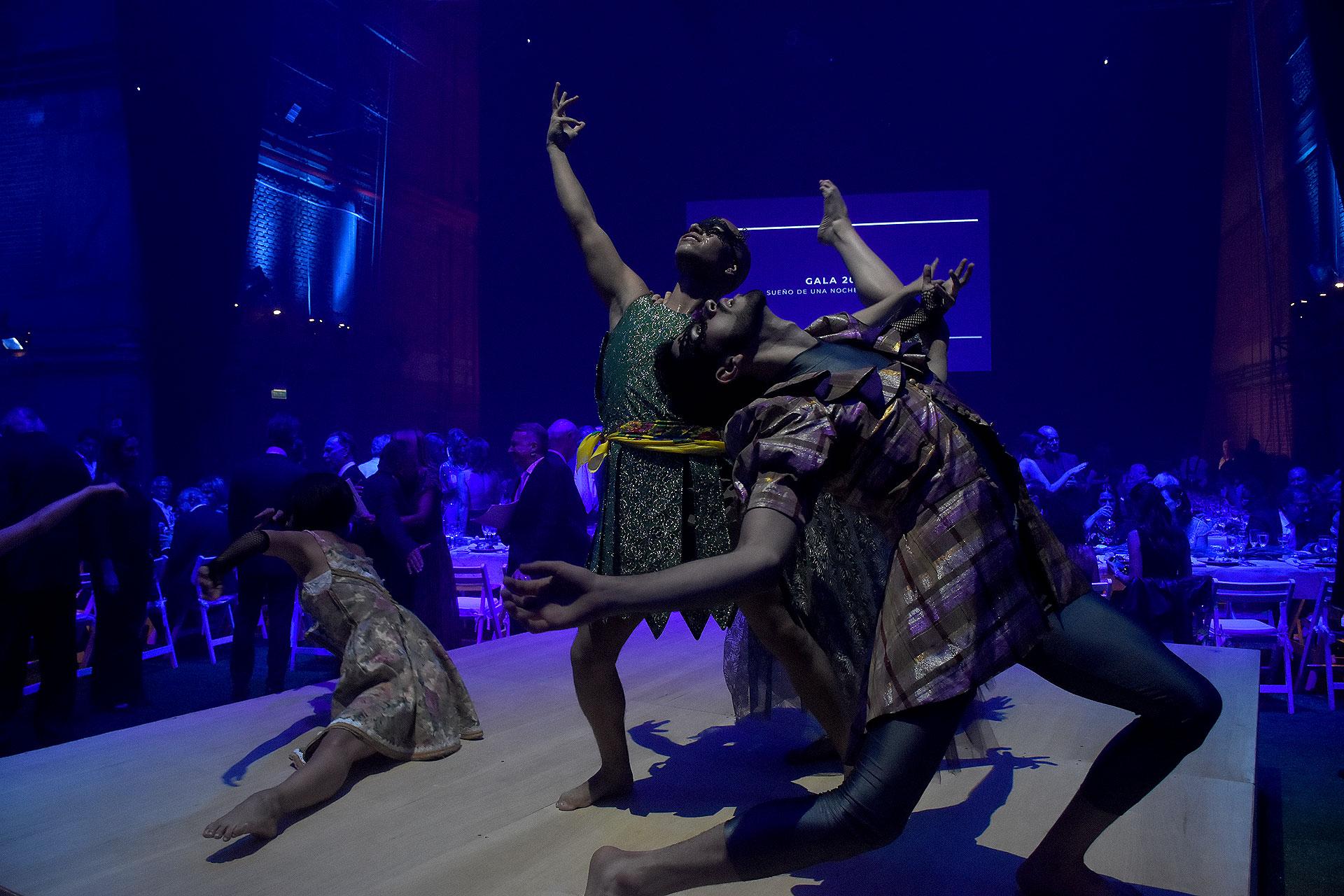 La cena se desplegó sobre el escenario de la Sala Martín Coronado y contó con una increíble puesta escenográfica del recientemente ganador de dos premios ACE, Alberto Negrín