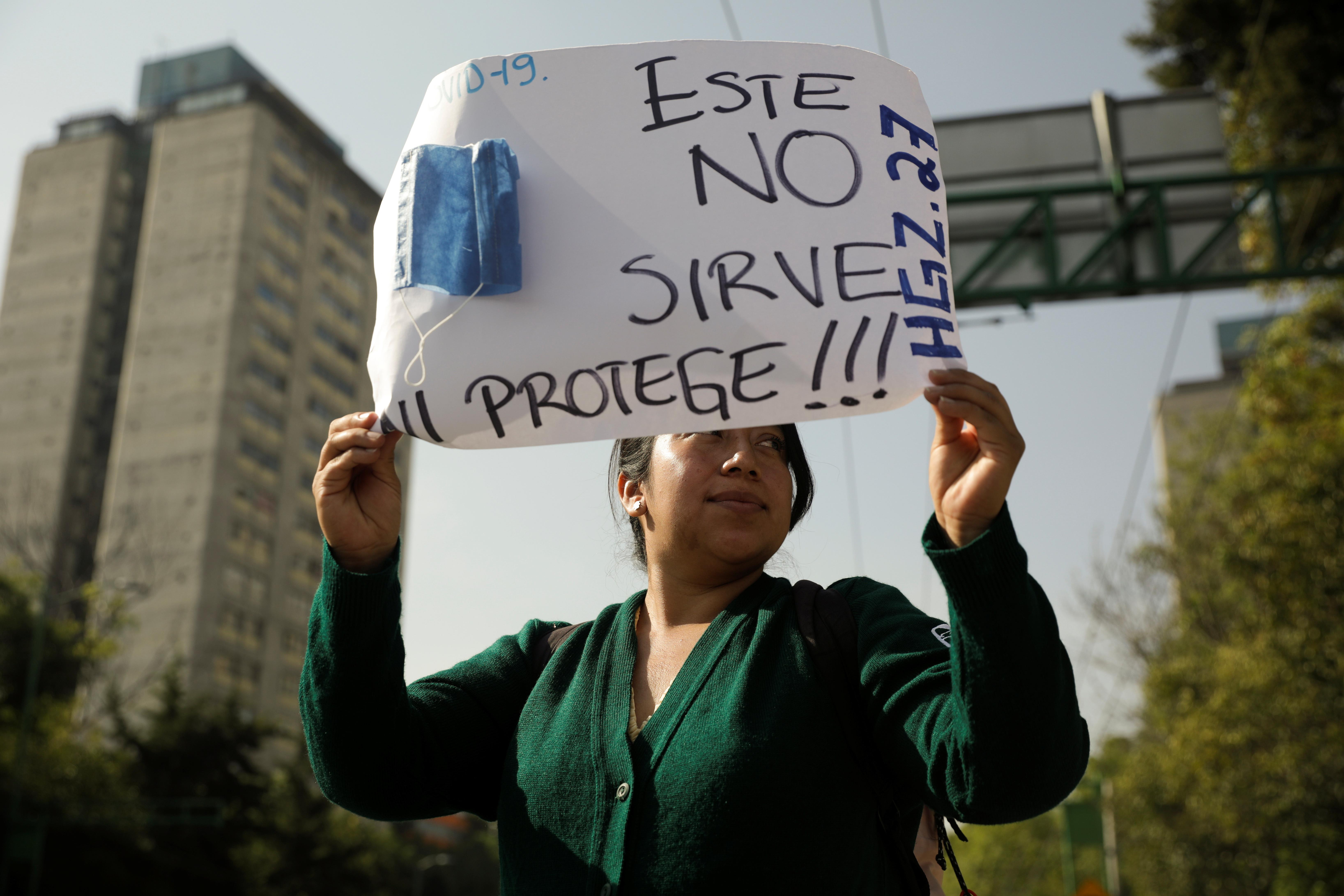 Un trabajador médico del Instituto Mexicano del Seguro Social (IMSS) protesta para exigir un mejor equipo de protección para tratar a los pacientes con enfermedad por coronavirus (COVID-19), en la Ciudad de México, México, el 31 de marzo de 2020. La pancarta dice: