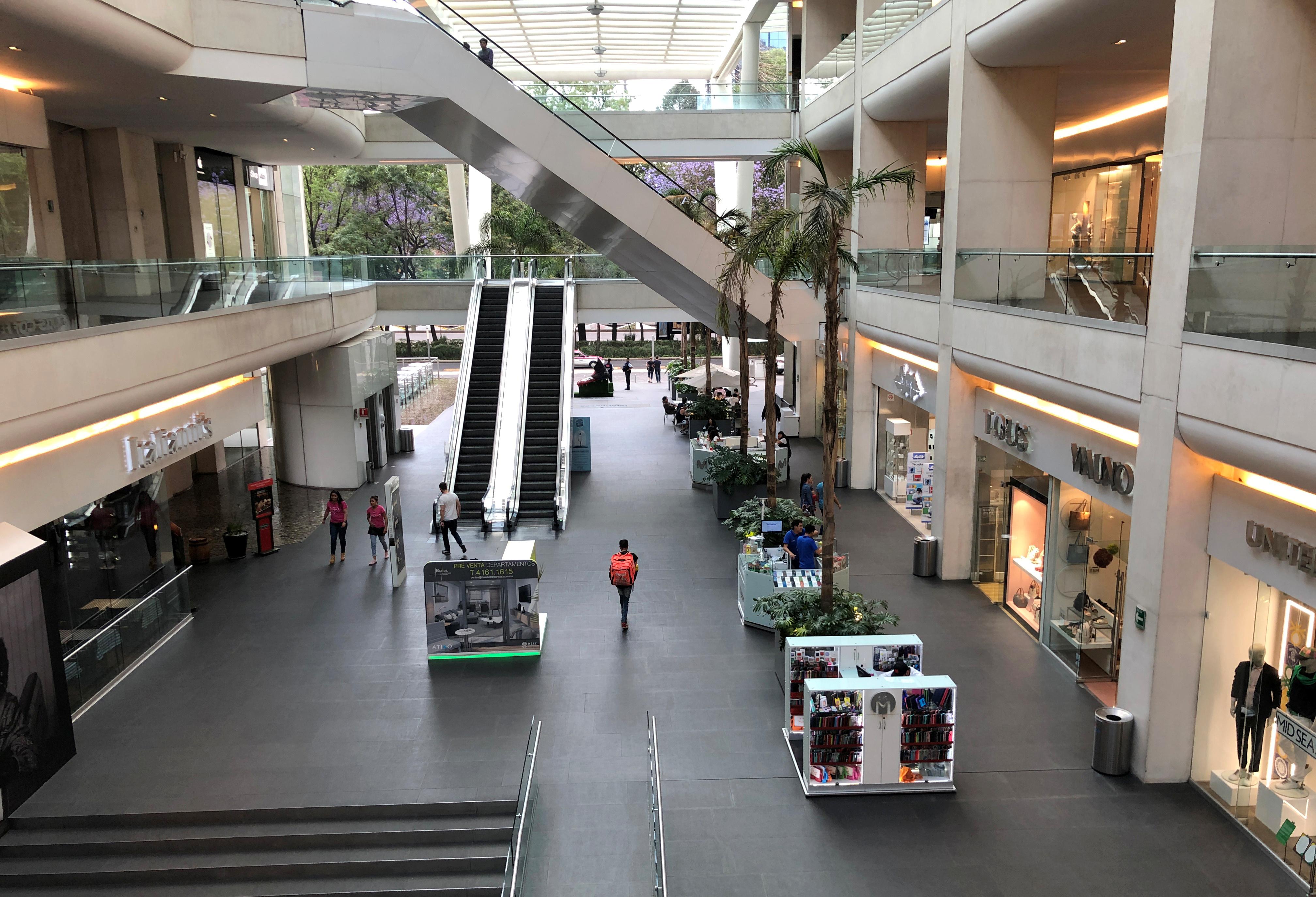 Un puñado de personas entra a un centro comercial mientras continúa el brote de la enfermedad del coronavirus (COVID-19), en la Ciudad de México, México, 22 de marzo de 2020.
