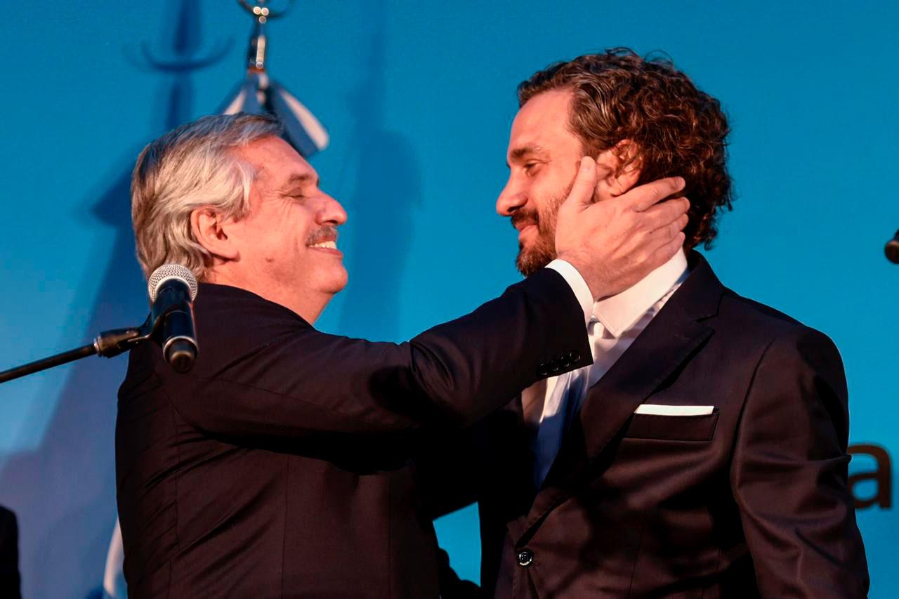 El presidente saluda afectuosamente a su jefe de Gabinete, Santiago Cafiero