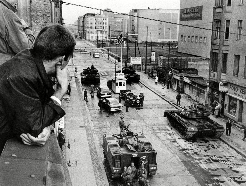 Una vista de Friedrichstrasse hacia el célebre Checkpoint Charlie, uno de los principales puestos de control para cruzar entre ambos lados de Berlín (25 de octubre de 1961)
