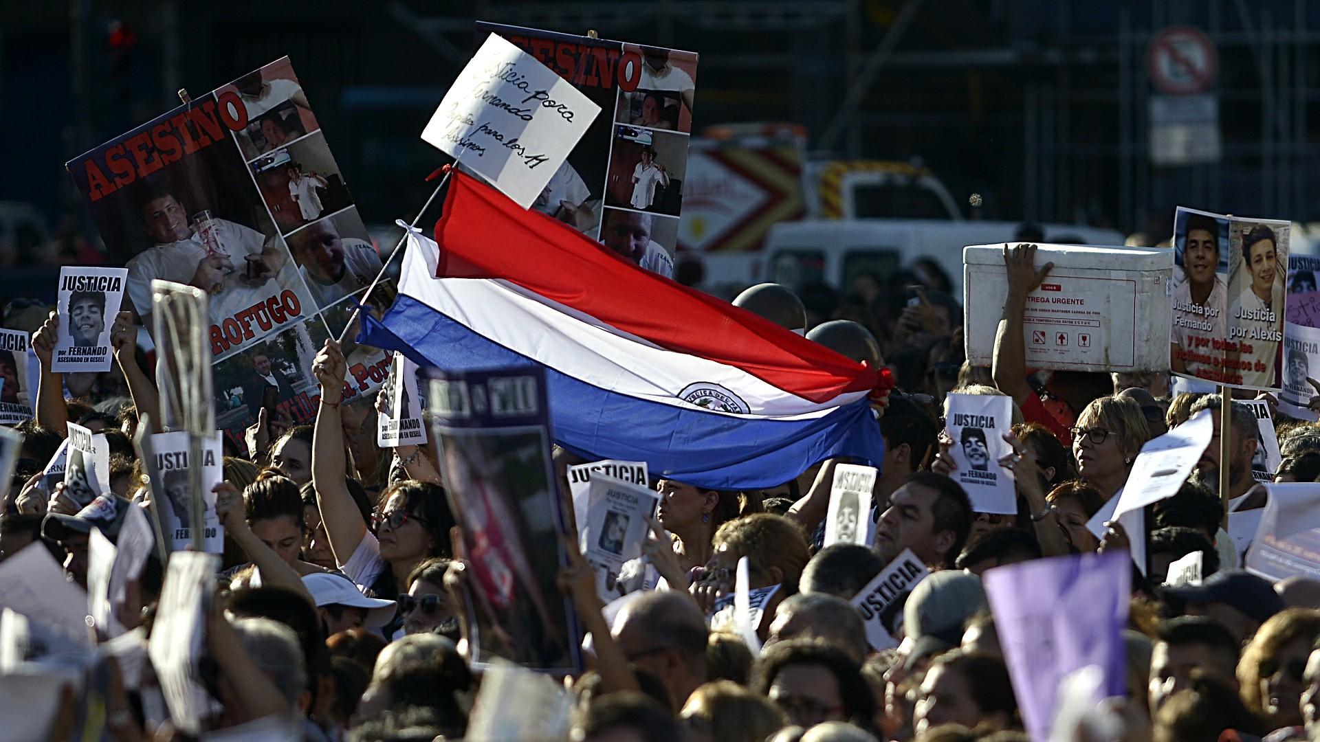 Una bandera de Paraguay, donde nacieron los padres de Fernando