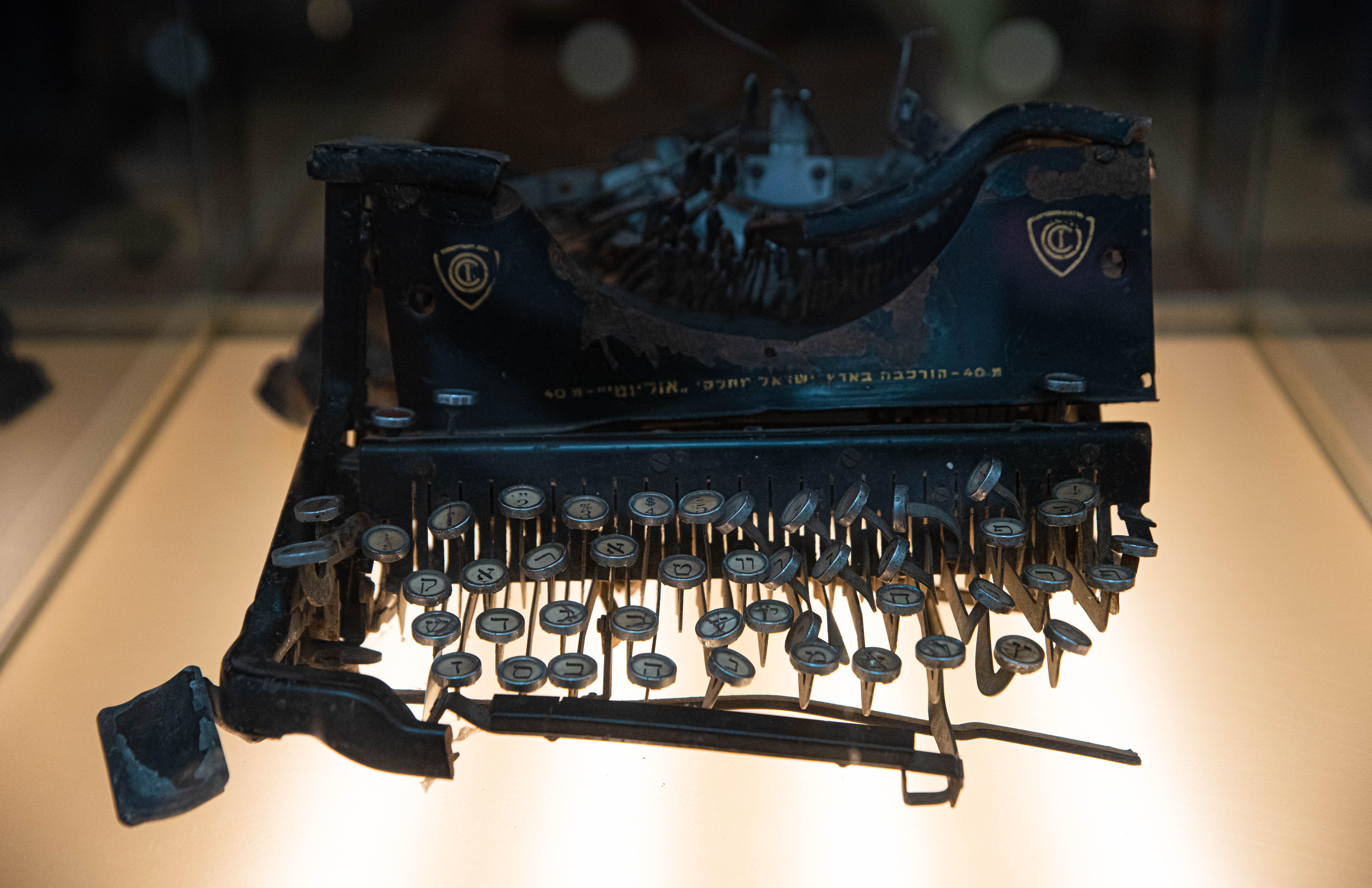 Una tumba donde recordar a las víctimas y una máquina de escribir que sobrevivió al atentado a la AMIA invita a reflexionar sobre el odio hacia el diferente