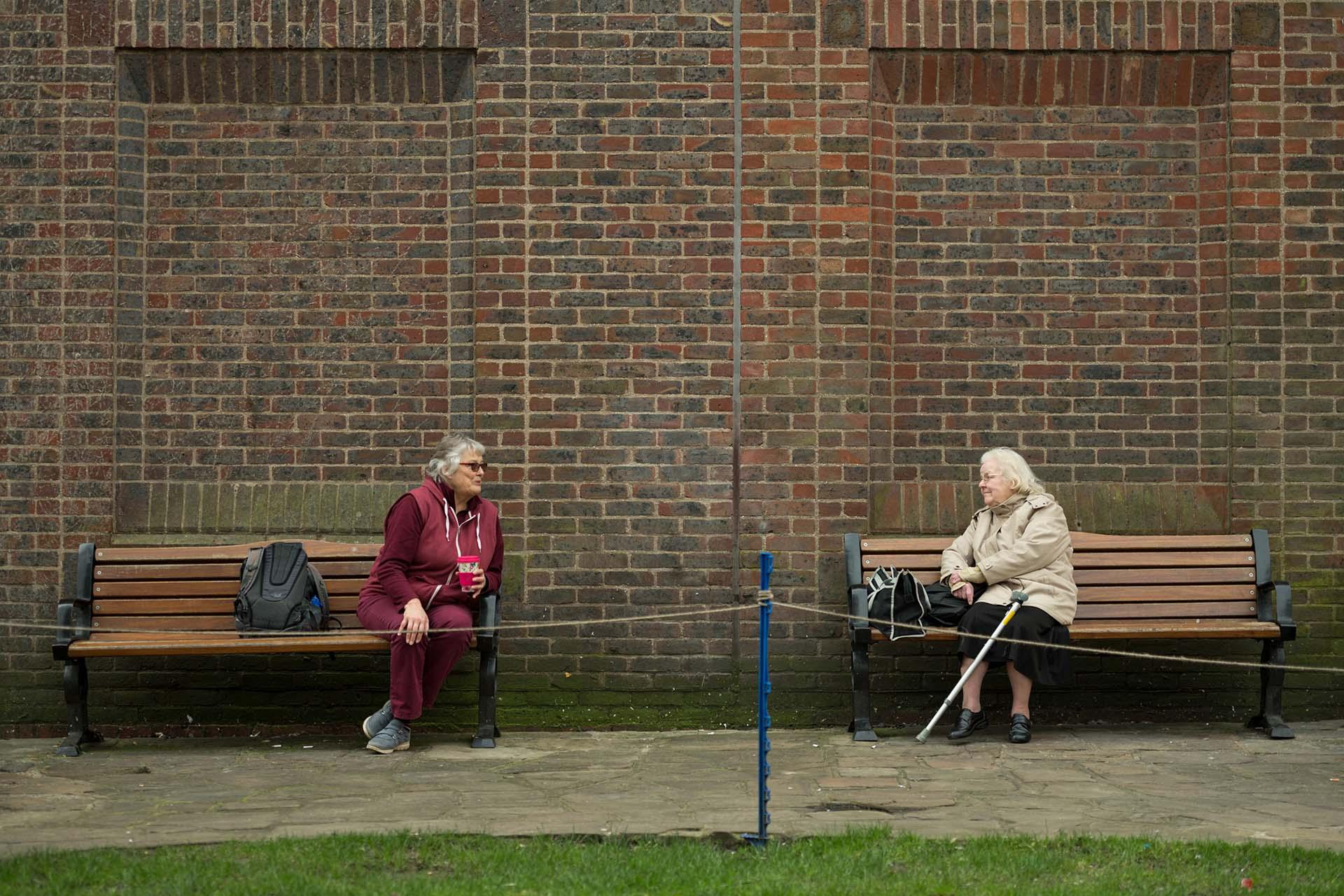 Dos mujeres conversan en un parque de York, Reino Unido.