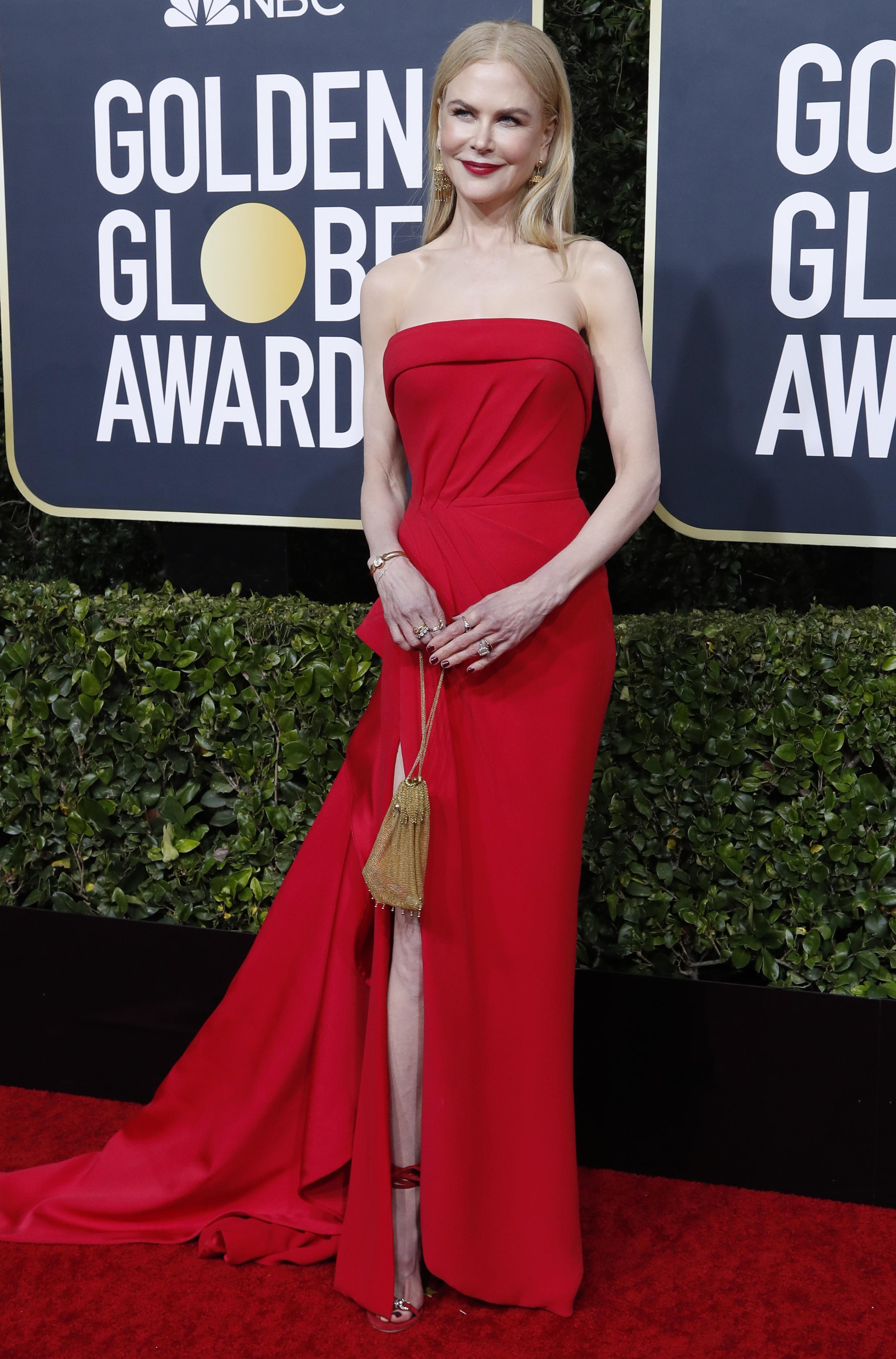 Nicole Kidman apostó a un total red look strapless con un gran tajo en la falda. Completó su look con una cartera dorada, sandalias con pulsera en color rojo con detalles dorados y joyas de brillantes